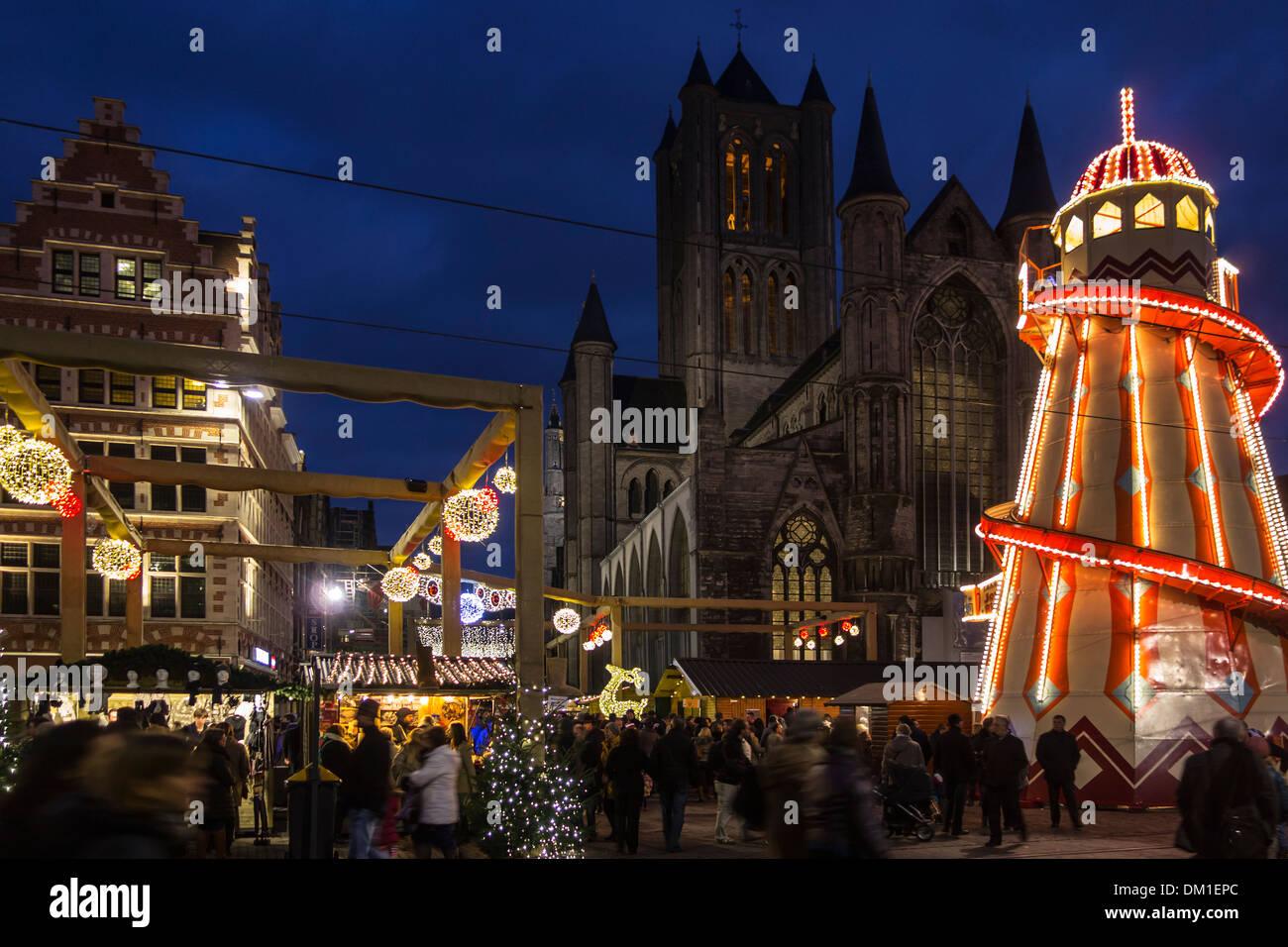 Helter Skelter Iluminada Y Gente De Compras En La Noche De Navidad En El Mercado De Invierno Korenmarkt Maíz Mercado Gante Bélgica Fotografía De Stock Alamy