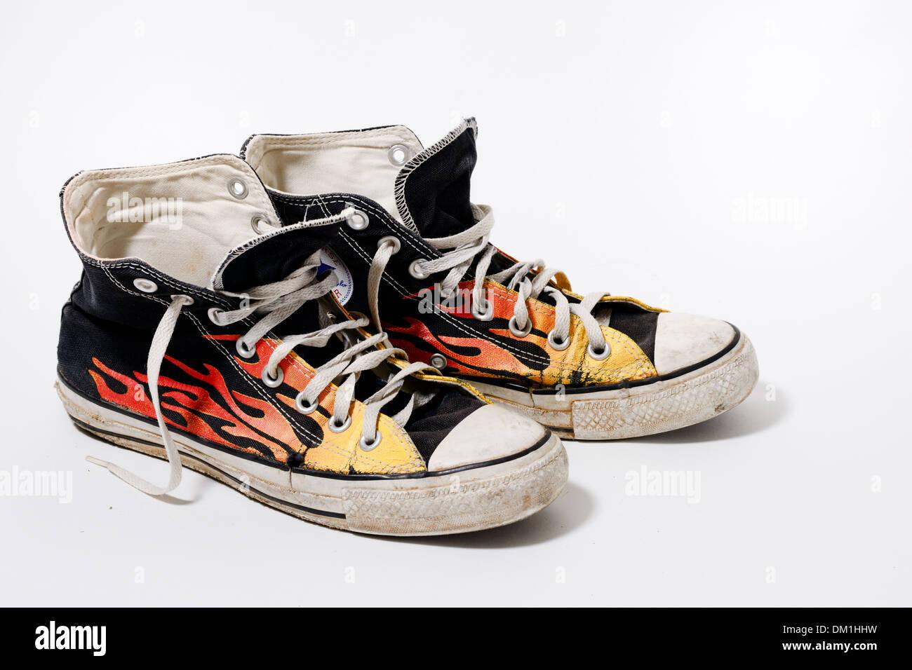 36390433 Desgastada y sucia Converse All Star shoes aislado sobre fondo blanco.  Imagen De Stock
