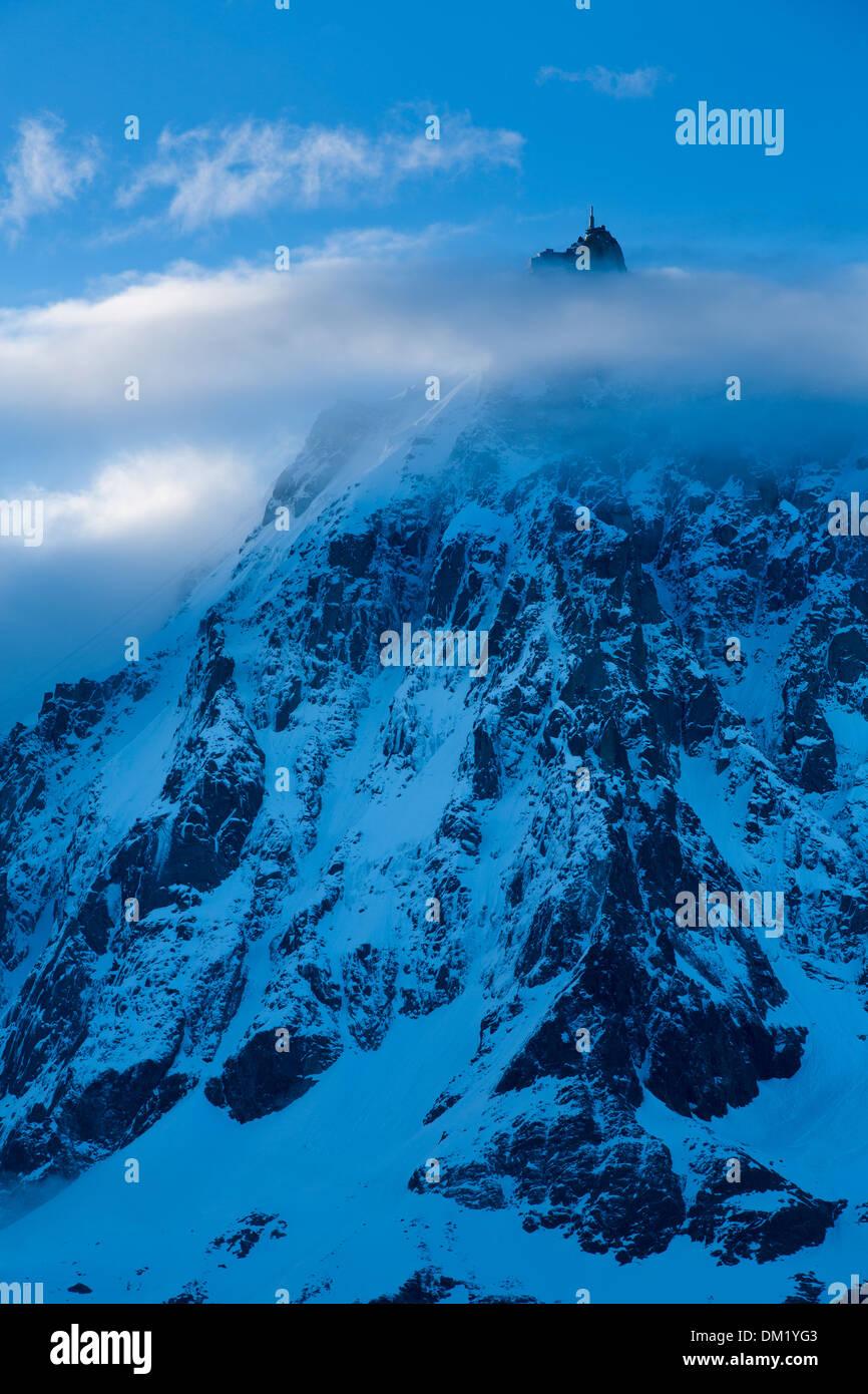La Aiguille du Midi que aparecen a través de las nubes, el Mont Blanc, les Alpes Haute-Savoie, Francia Foto de stock