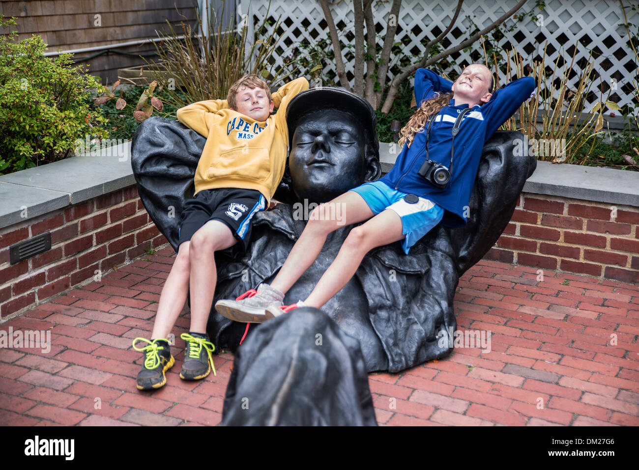 Hermanos relajarse con una escultura, en Edgartown, Martha's Vineyard, Massachusetts, EE.UU. Imagen De Stock