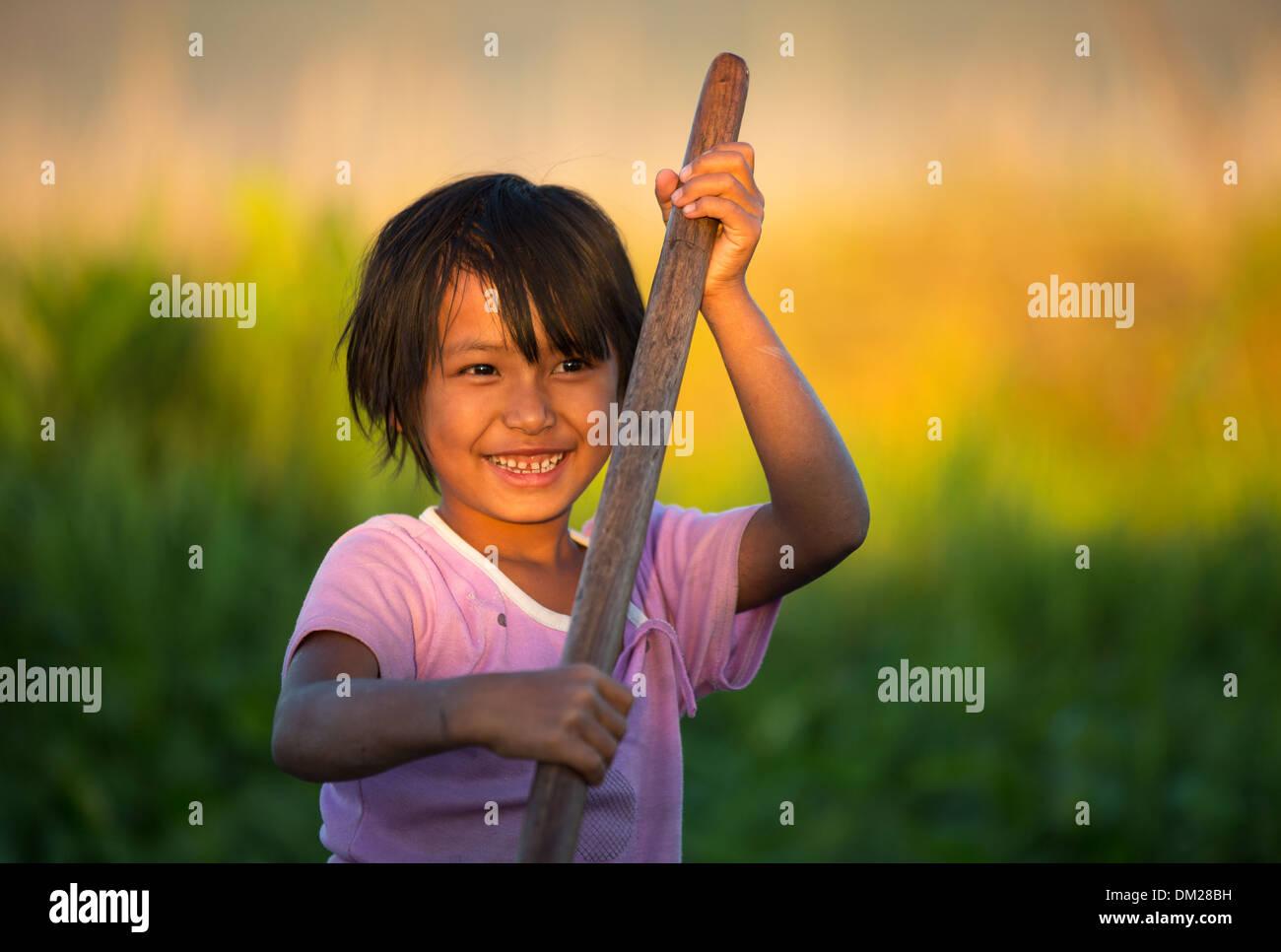 La chica del agua, el Lago Inle, Myanmar (Birmania) Imagen De Stock