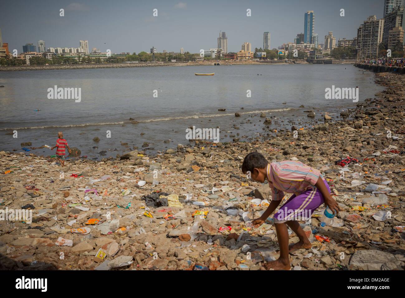 Niño recogiendo basura en Mumbai (Bombay), India Imagen De Stock