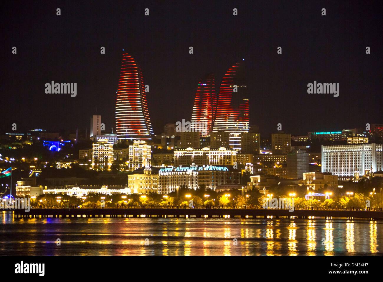 Cáucaso Azerbaiyán Bakú Eurasia arquitectura Gobierno avenida ciudad casa sunset viajes torres de llama encendida Foto de stock