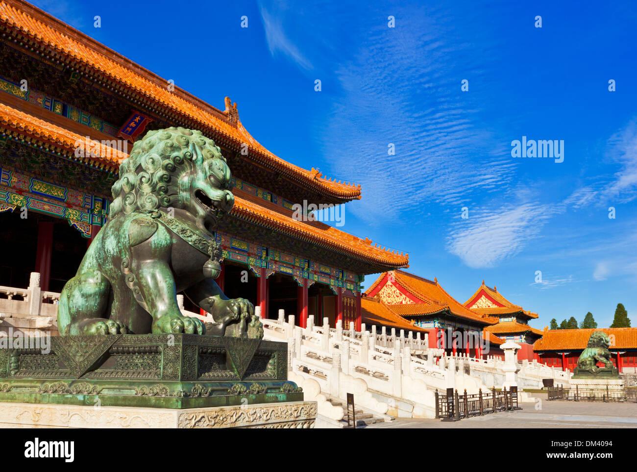 León de Bronce frente a la puerta de la Suprema Armonía, patio exterior, la Ciudad Prohibida, Beijing, República Popular de China, Asia Imagen De Stock