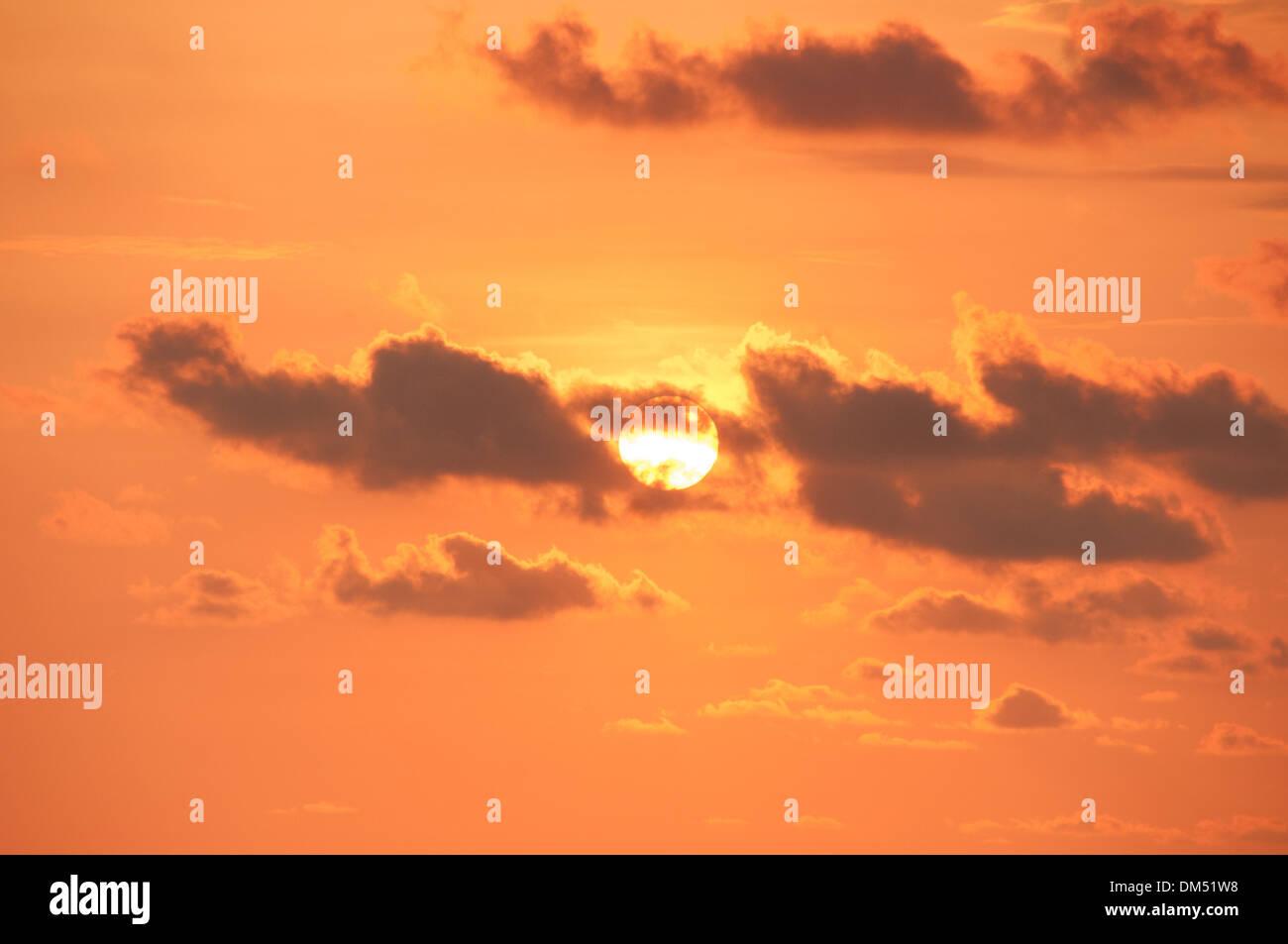 Puesta de sol y nubes Foto de stock