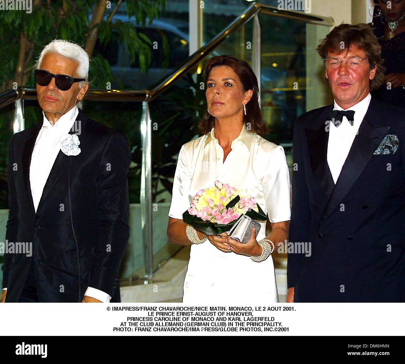 agosto-3-2001-a-imapress-franz-chavaroche-nice-matin-monaco-le-2-aout-2001-le-principe-ernst-agosto-de-hannover-la-princesa-carolina-de-monaco-y-karl-lagerfeld-te-fueron-invitados-de-honor-al-evento-organizado-en-el-club-allemand-club-aleman-en-el-principado-franz-chavaroche-ima-pulse-2001-credit-image-globe-photos-zumapress-com-dm6hnn.jpg