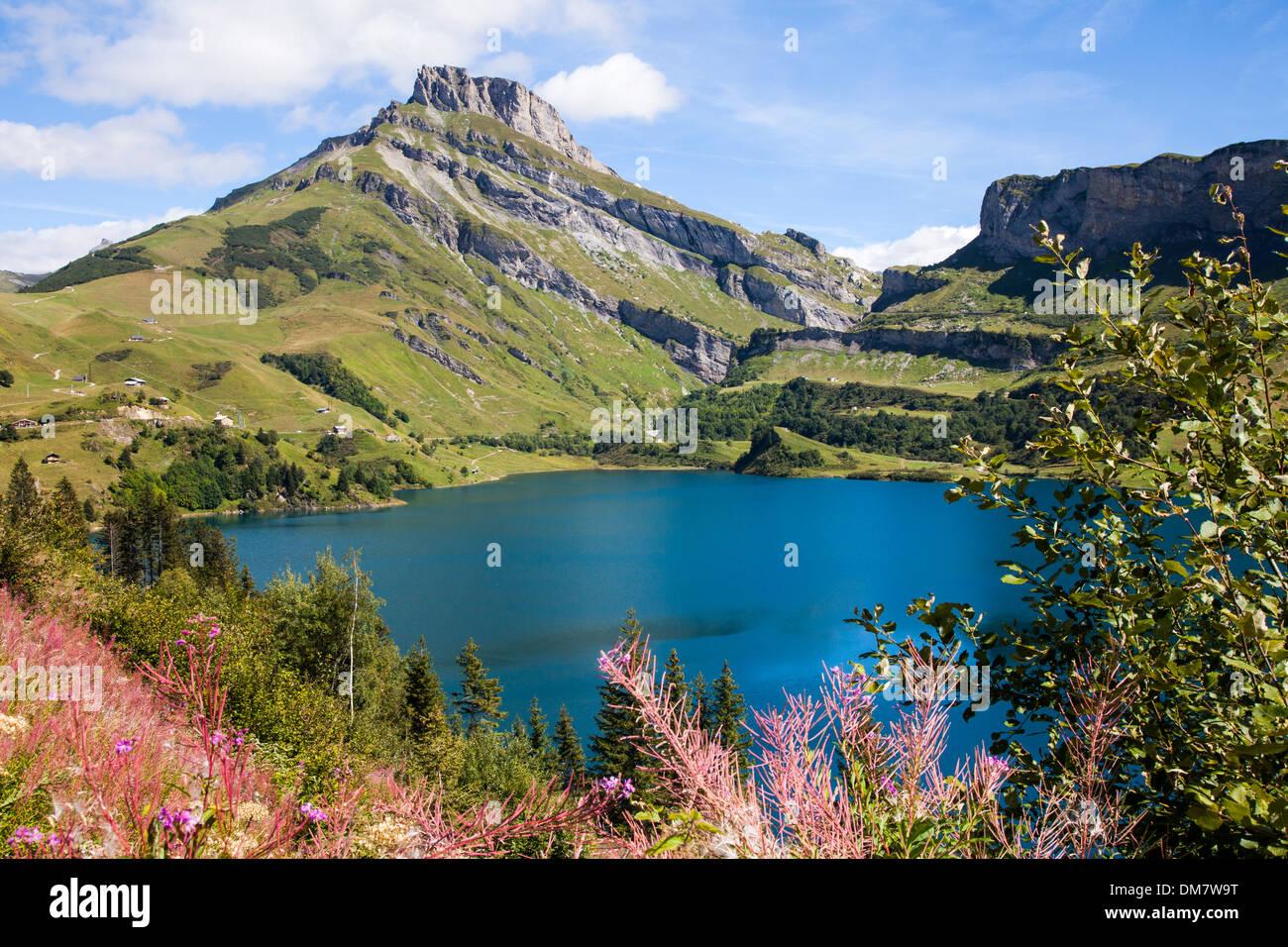 Agua azul oscuro en la LAC de Roseland, Savoie, Francia. Imagen De Stock