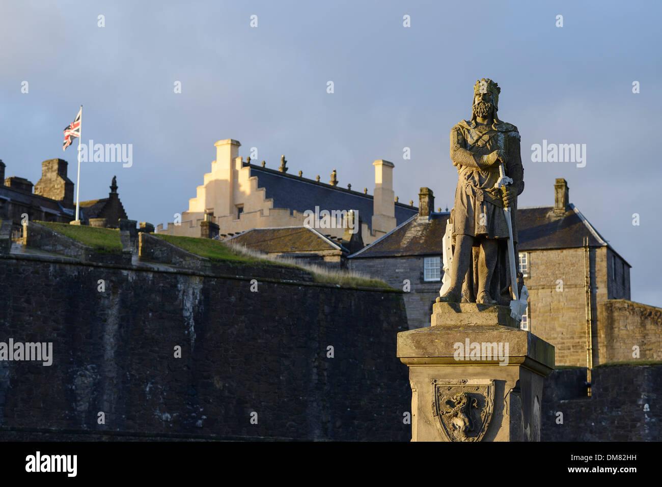 Estatua de Robert Bruce fuera del castillo de Stirling en Escocia Foto de stock