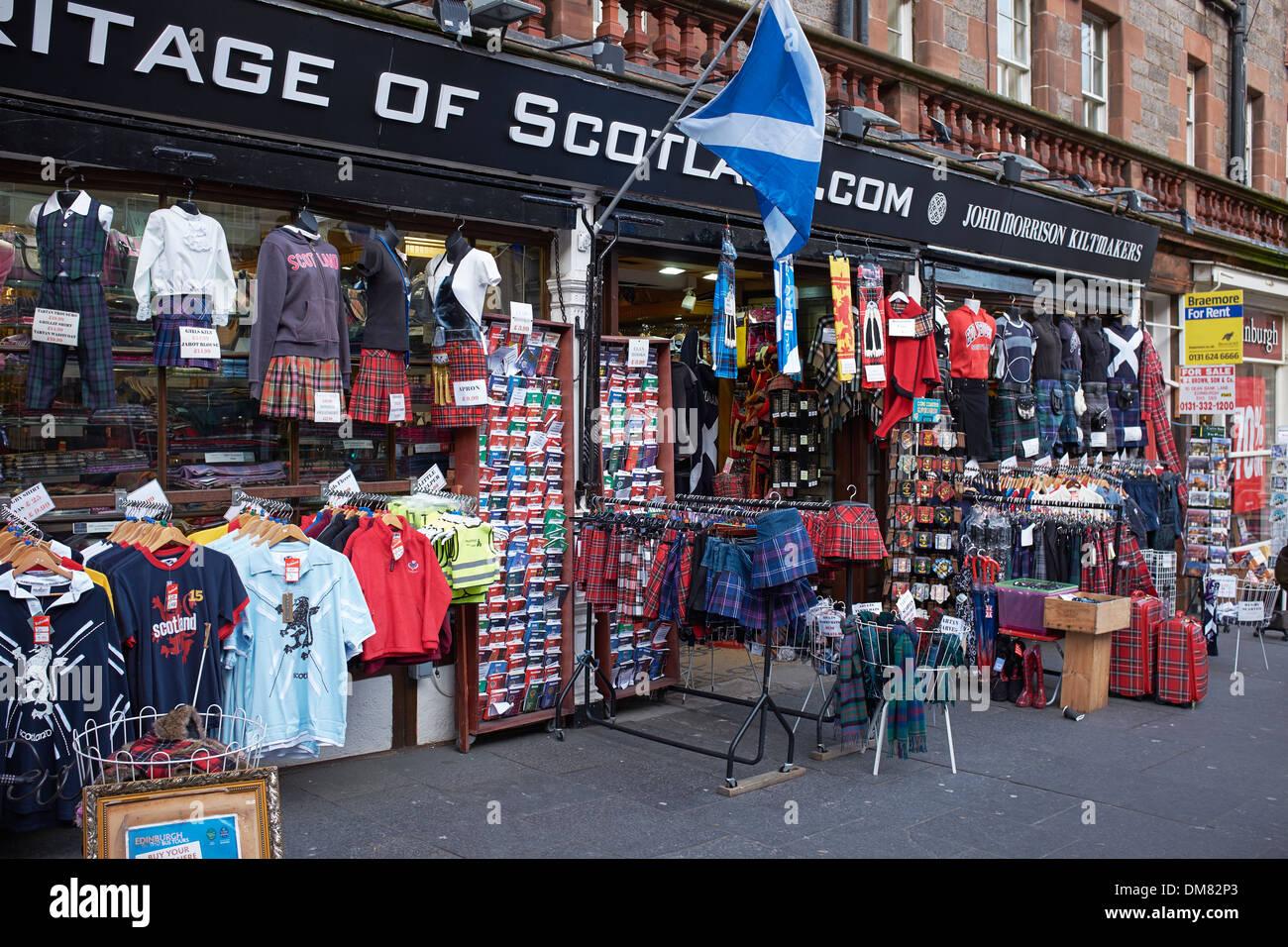 Una tienda turística en el centro de la ciudad de Edimburgo Venta escocés tartan y memorabilia Imagen De Stock