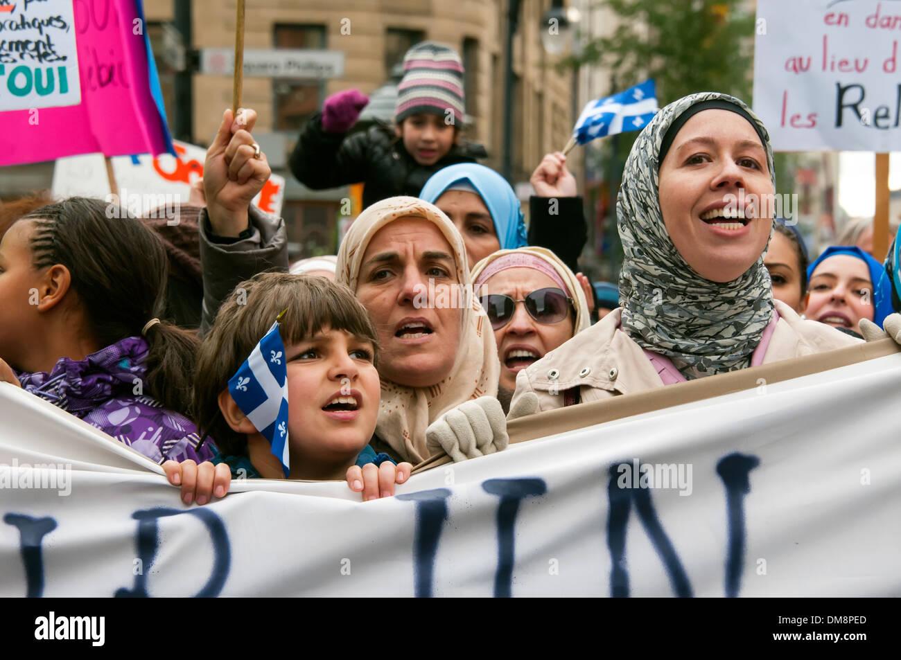 Los ciudadanos musulmanes protestan contra la nueva propuesta de carta de valores en Montreal .El gráfico prohíbe los signos religiosos en el servicio público. Imagen De Stock
