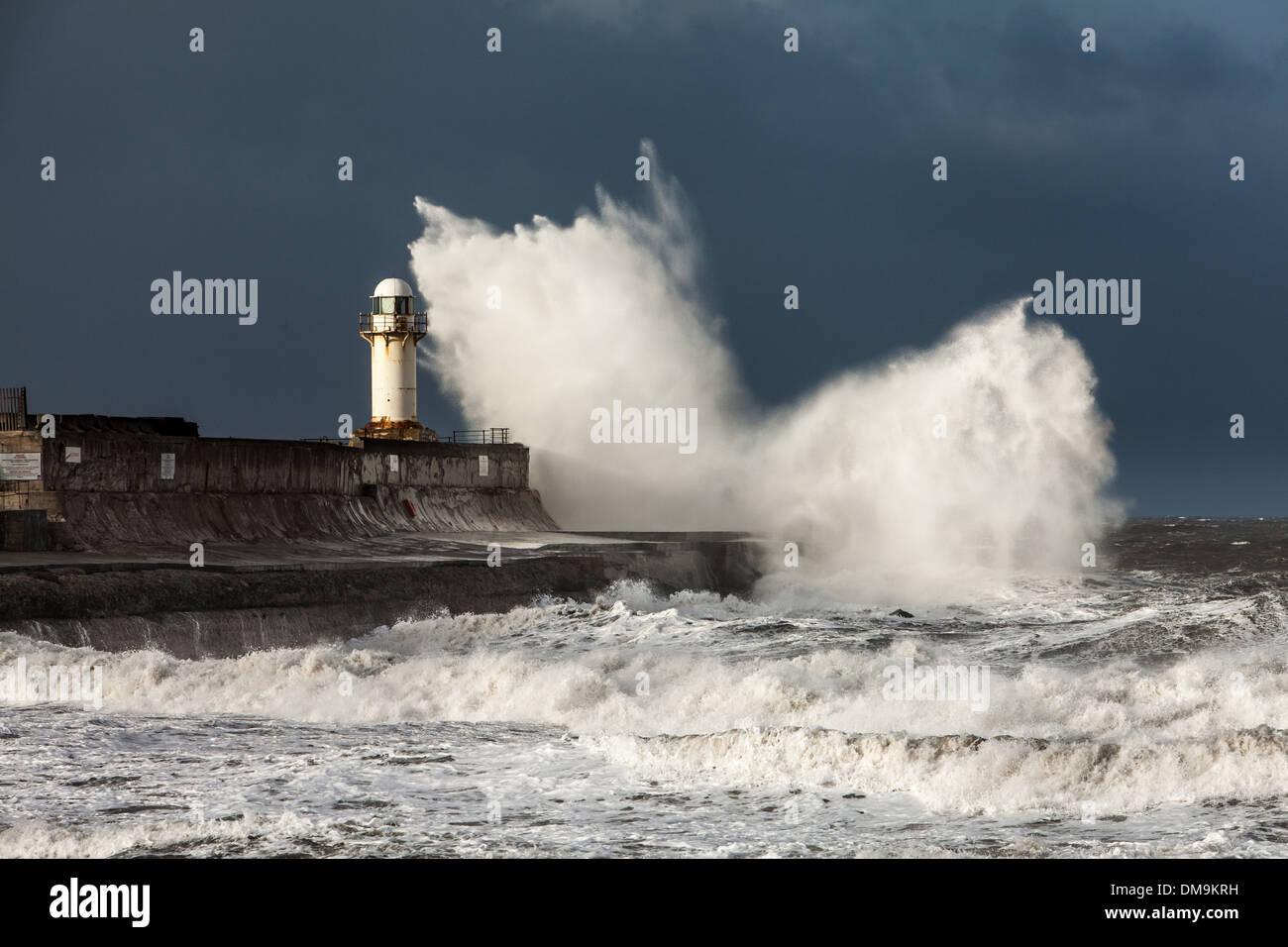 El mar embravecido sobre Sur Gare Faro, Inglaterra Foto de stock