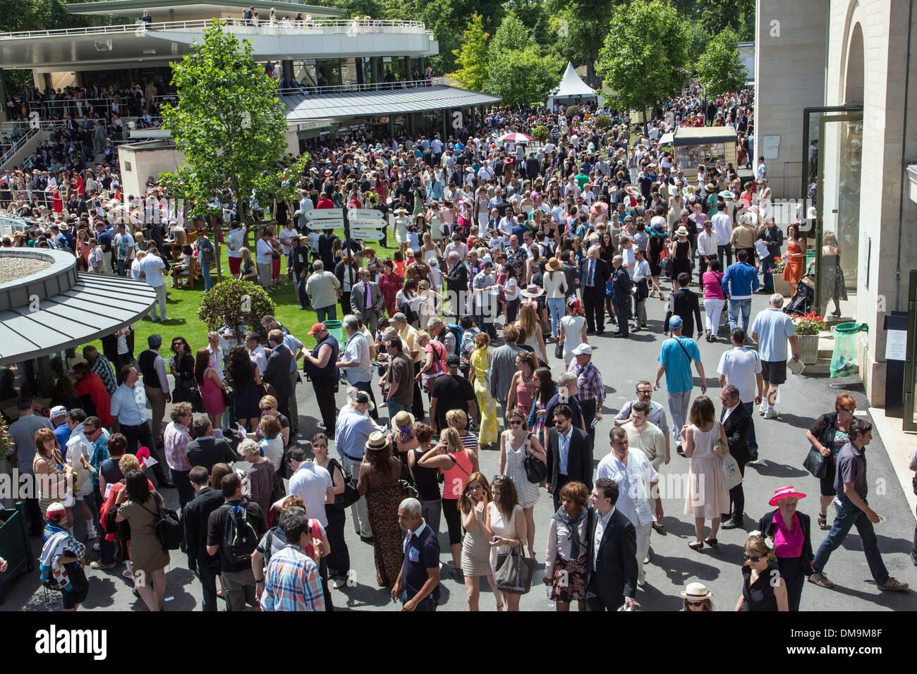 Las multitudes en el hipódromo de Chantilly 2013 para el Prix de Diane LONGINES, carreras, CHANTILLY Oise (60), Francia Imagen De Stock
