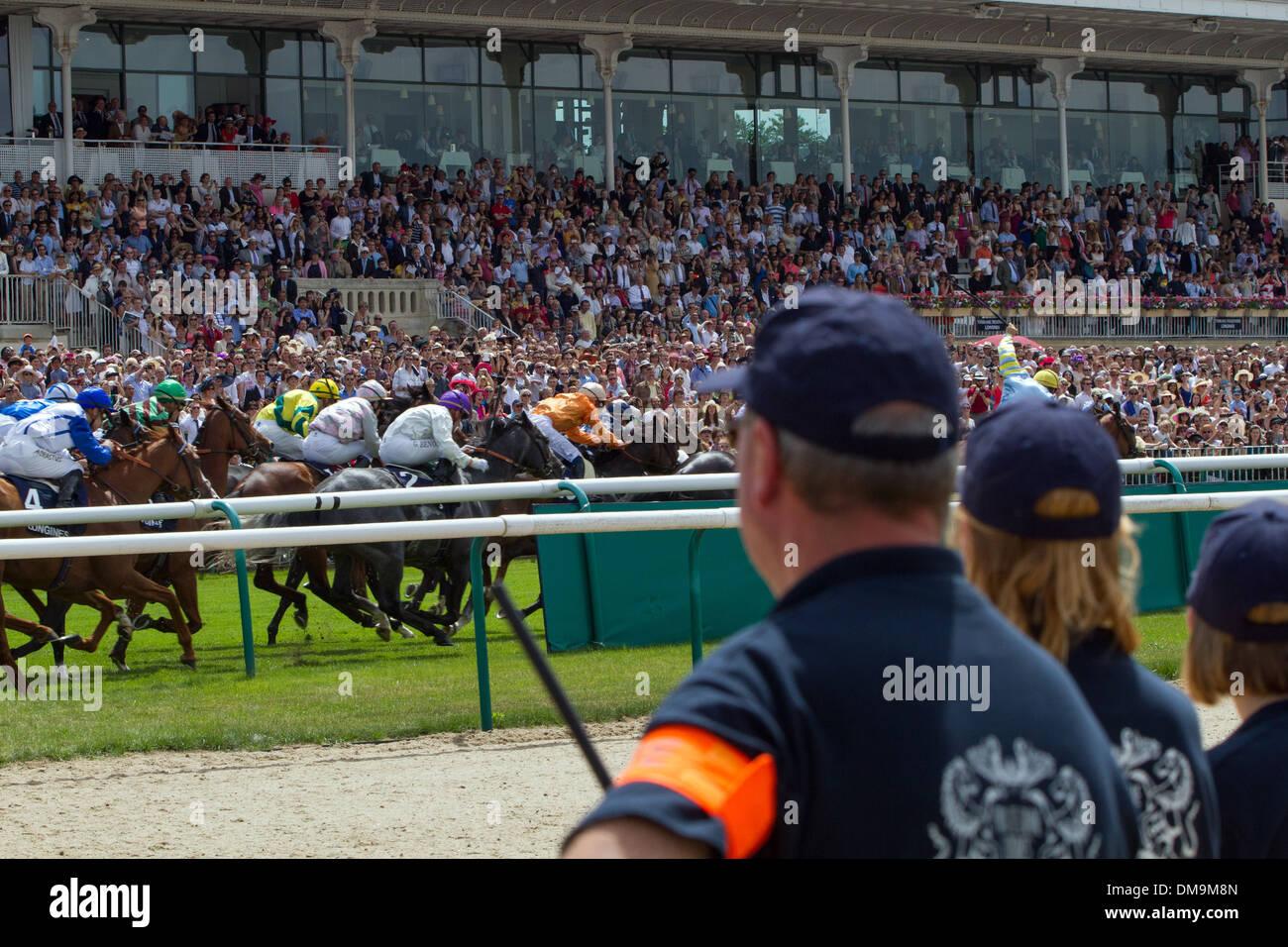 STANDS oficiales en el hipódromo de Chantilly, el Prix de Diane 2013 Longines de carreras de caballos, Chantilly, OISE (60), Francia Imagen De Stock