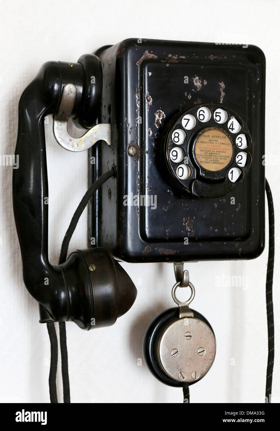 Objeto antiguo: negro teléfono en una pared. Imagen De Stock