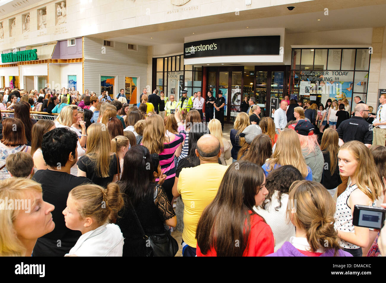 Los fans esperando el medallista olímpico, Tom Daley en Bluewater shopping center. Londres, Inglaterra - 16.08.12 Foto de stock