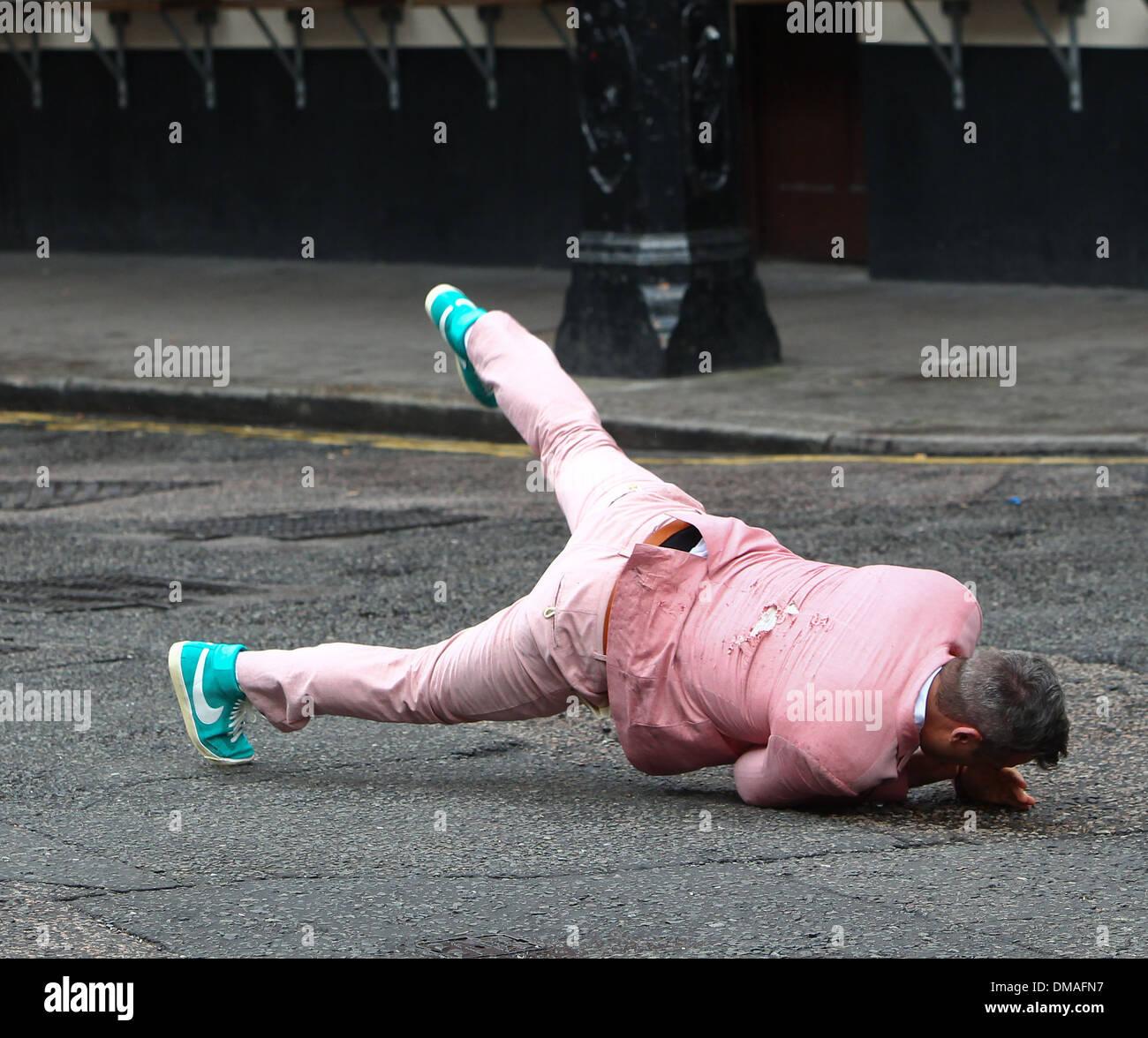 Y Realiza Breakdance Rutina Robbie Una Williams En De Traje Rosa Un 8nw0POk