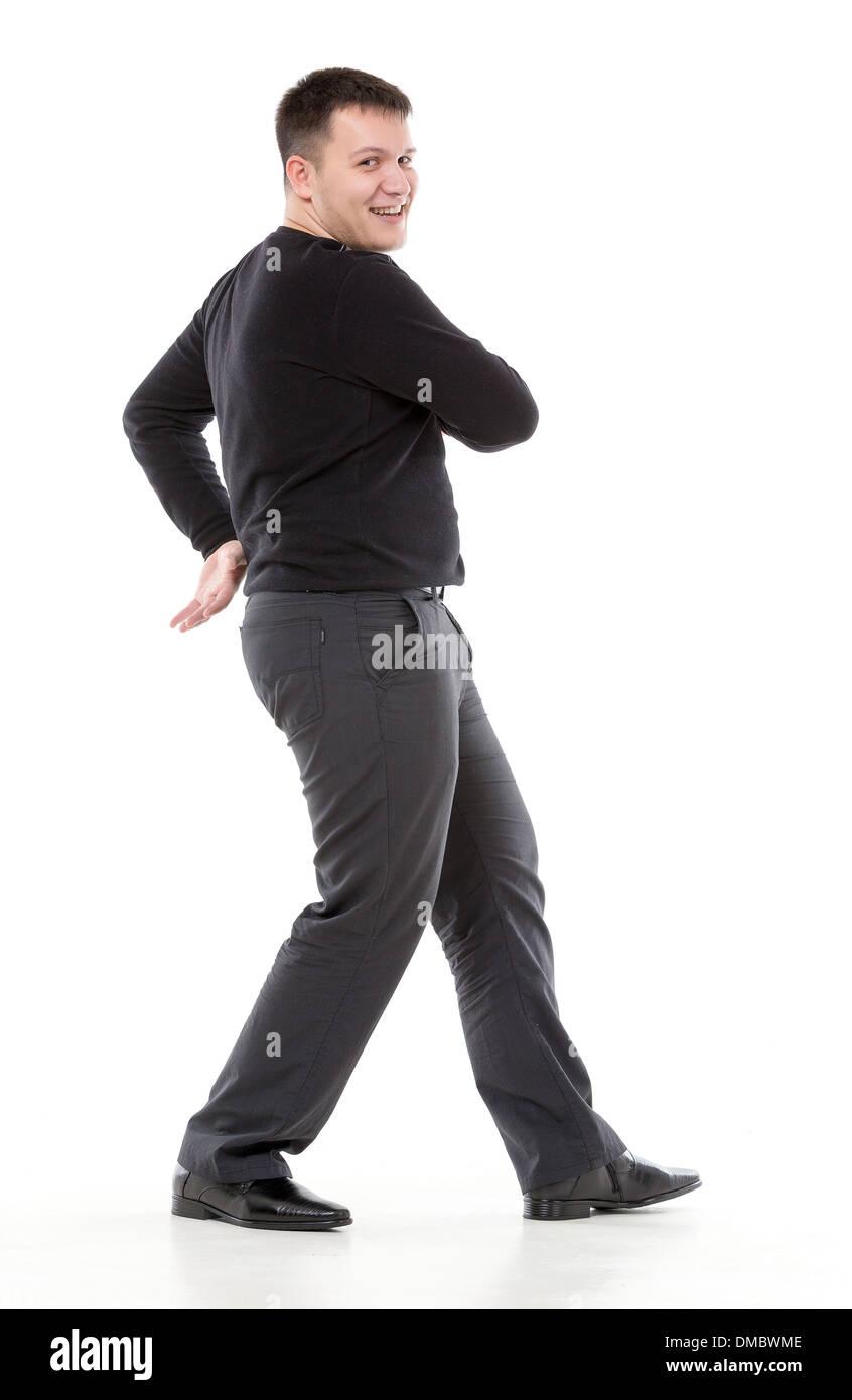 Sonriendo seguros sobrepeso hombre caminando a lo largo de los brazos  oscilantes o bailando y mirando d5b0c0035fdbe