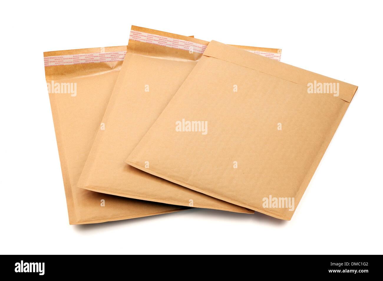 Tres A4 Auto adesive marrón sobres acolchados Imagen De Stock