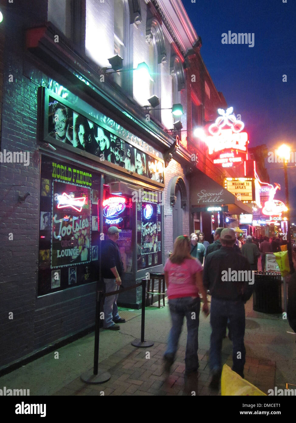 Exterior y gorila de Tootsie's Orchid Lounge, un famoso bar Honky Tonk en Broadway en el centro de Nashville, Tennessee. Imagen De Stock