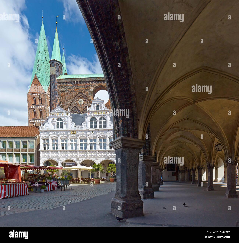 Iglesia de Santa María, el Ayuntamiento con soportales en la plaza del mercado, la ciudad hanseática de Lübeck, Schleswig-Holstein, Alemania Imagen De Stock