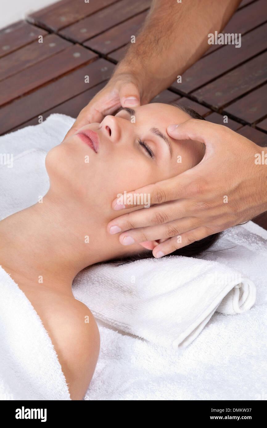 Mujer recibiendo Masaje de Cabeza Imagen De Stock