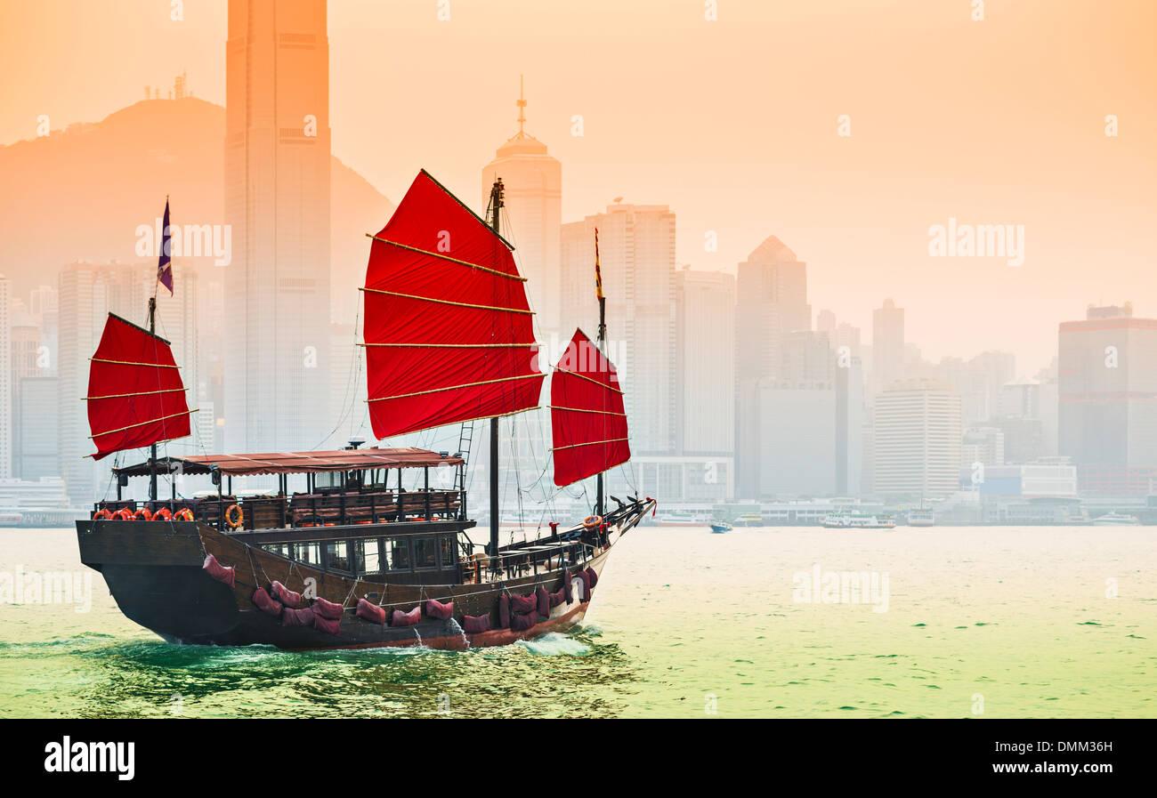 Barco basura velas en el Puerto Victoria en Hong Kong, China. Imagen De Stock