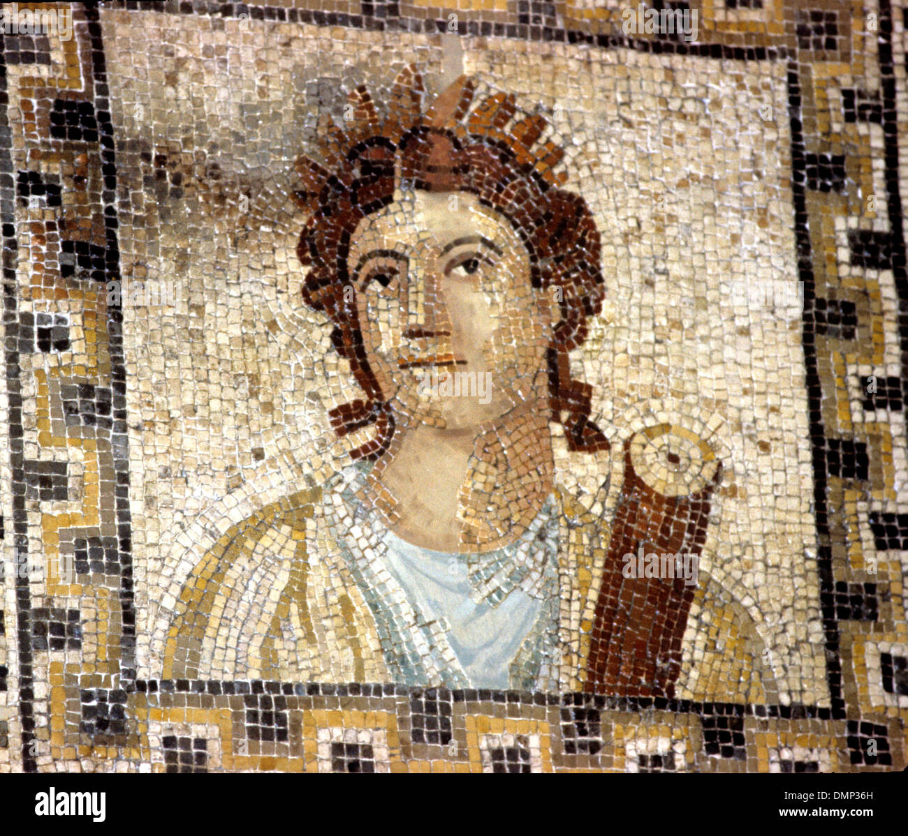 Período Romano-German. Mosaico. Clio, musa de la historia, llevando el desplazamiento. Imagen De Stock