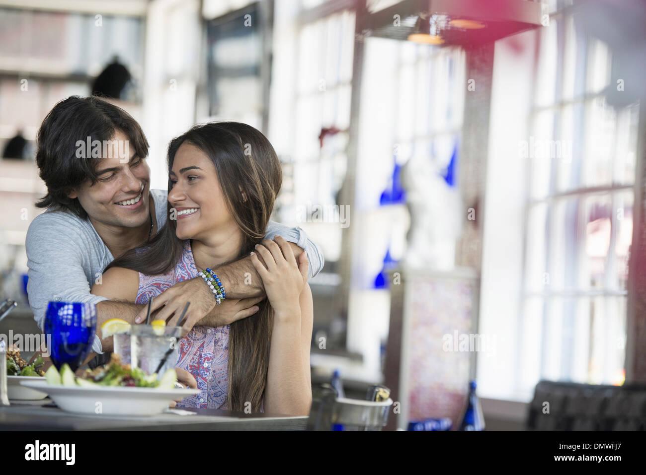 Una cafetería interior. Una pareja sentada en una mesa. Imagen De Stock