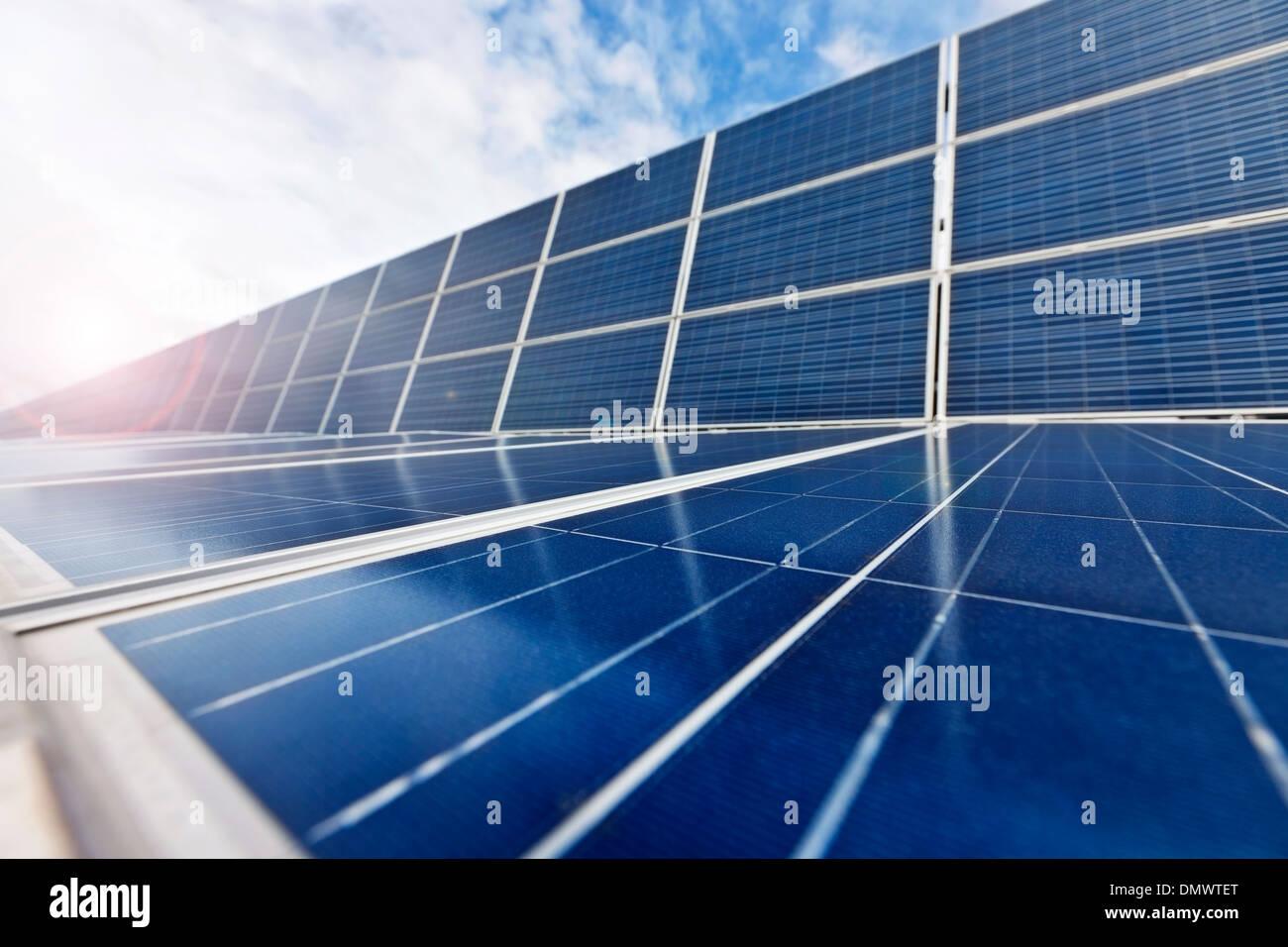 Las células fotovoltaicas o paneles solares en la luz del sol Imagen De Stock