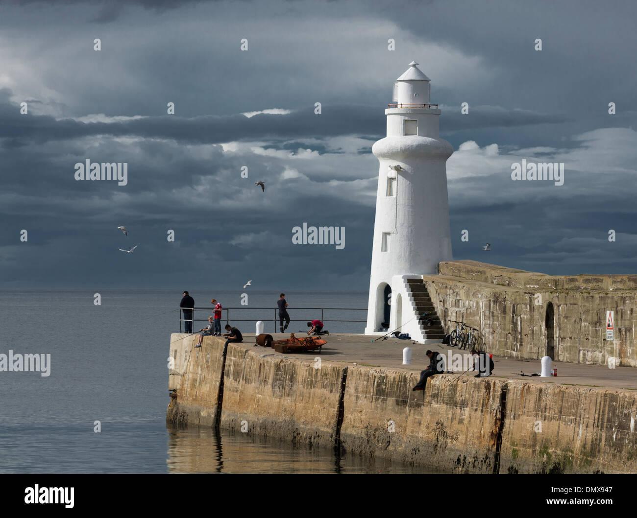 Muelle de pesca de mar faro macduff costa de Moray. Imagen De Stock