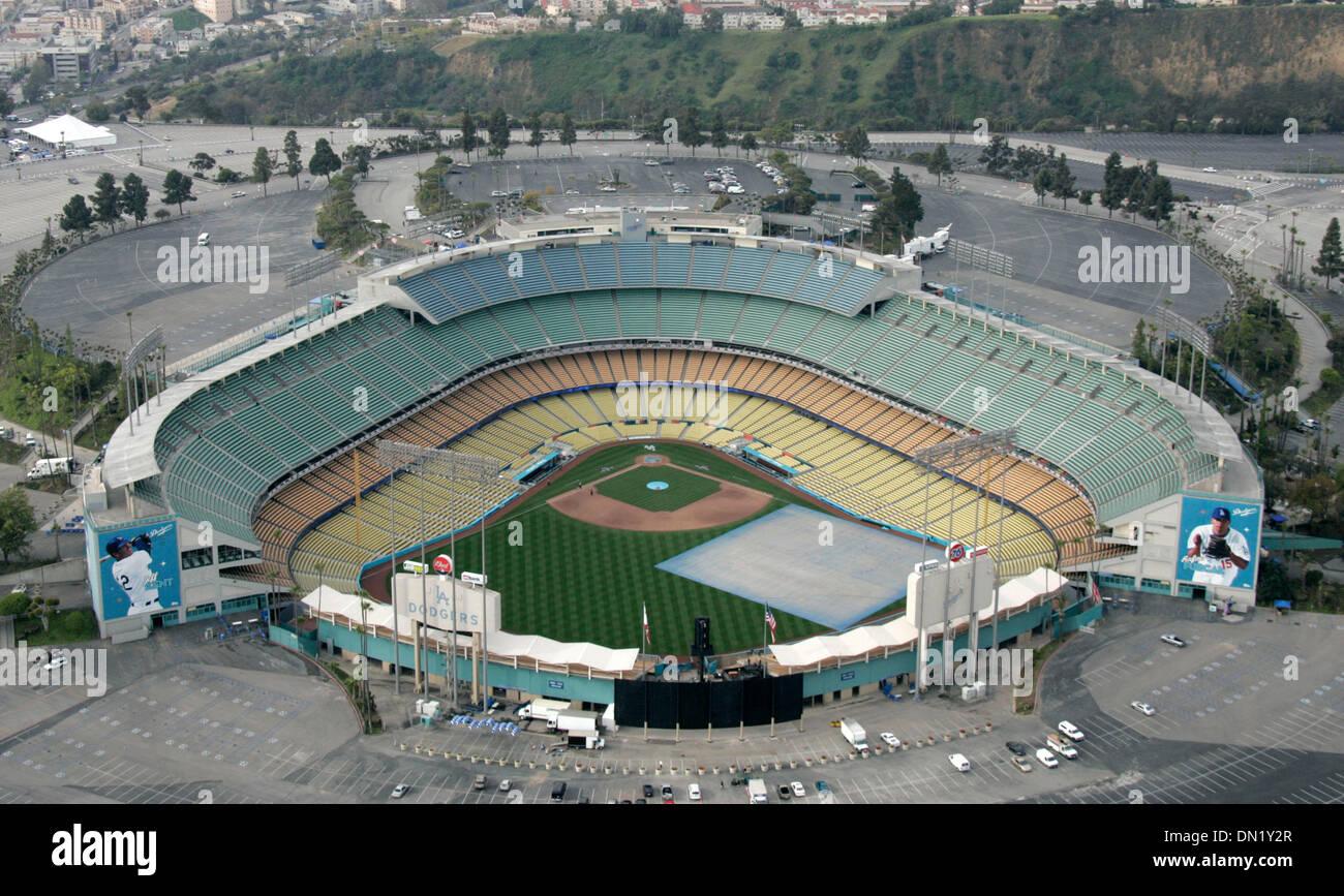 Abr 03, 2006; Los Ángeles, CA, EE.UU.; una imagen aérea de Dodgers Stadium antes del juego de apertura contra los Foto de stock