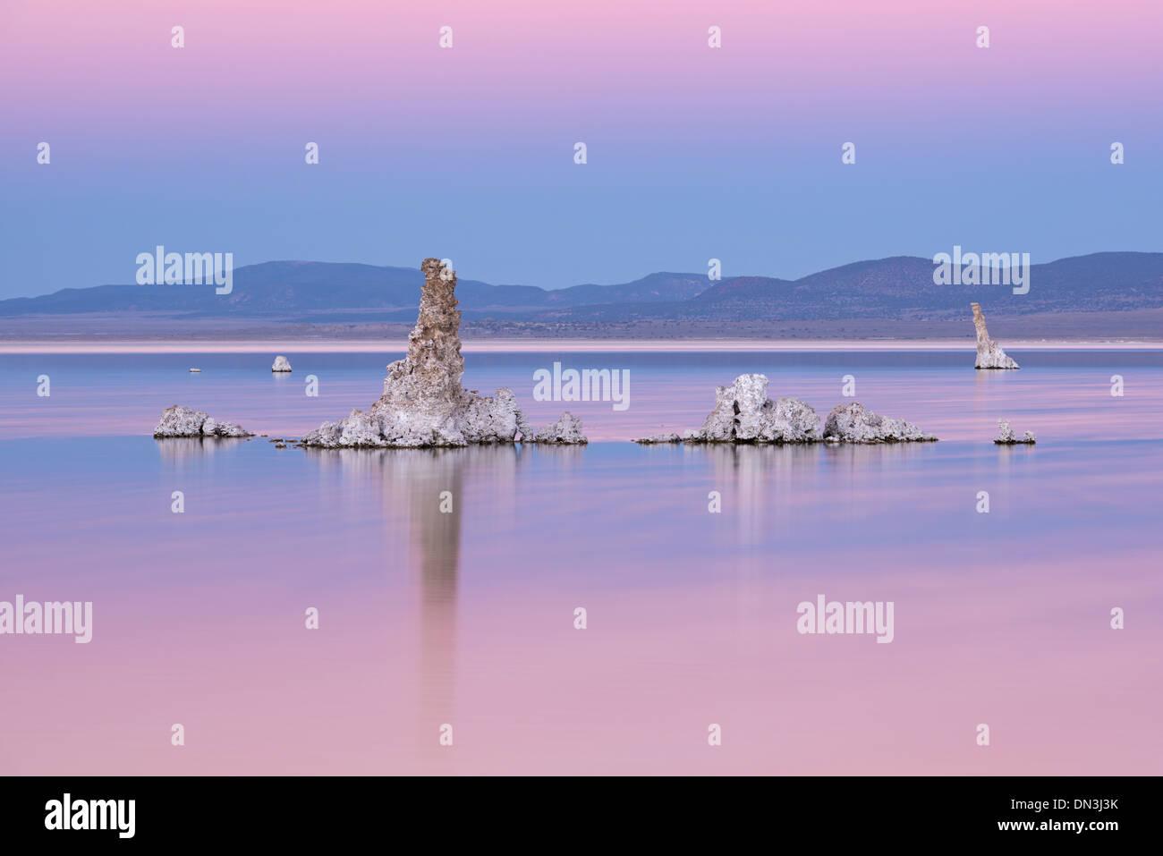 Las torres de tufa en Lago Mono en la penumbra, California, USA. Otoño (octubre de 2013). Imagen De Stock
