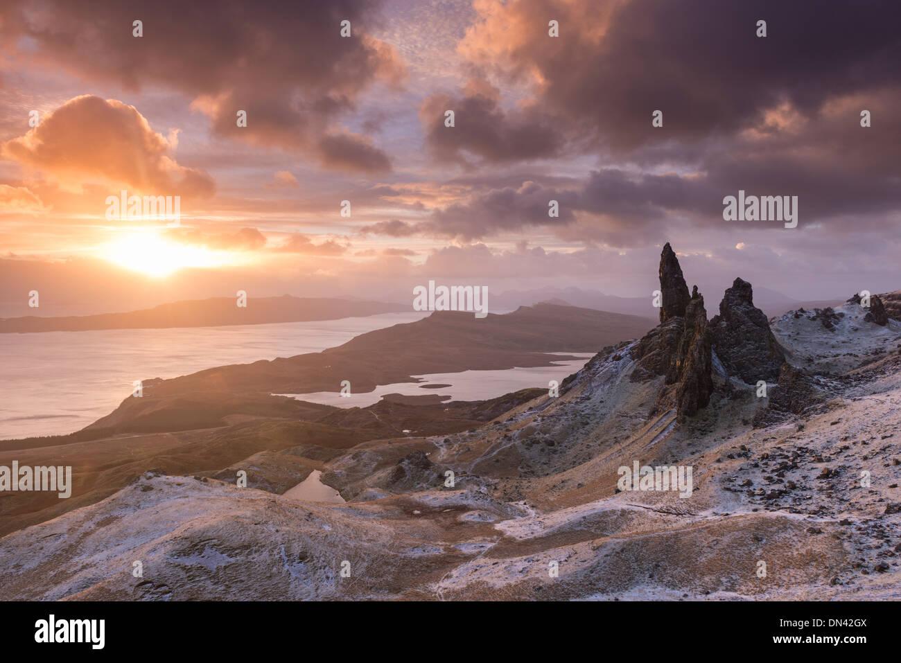 Espectacular amanecer sobre el viejo hombre de Storr, Isla de Skye, Escocia. Invierno (diciembre de 2013). Imagen De Stock