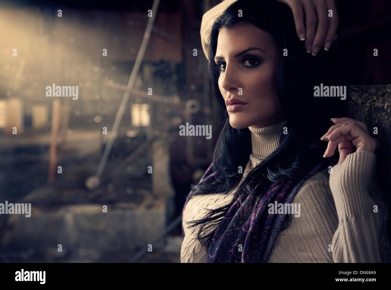 Moda retrato de mujer en el almacén abandonado con haz de luz Imagen De Stock