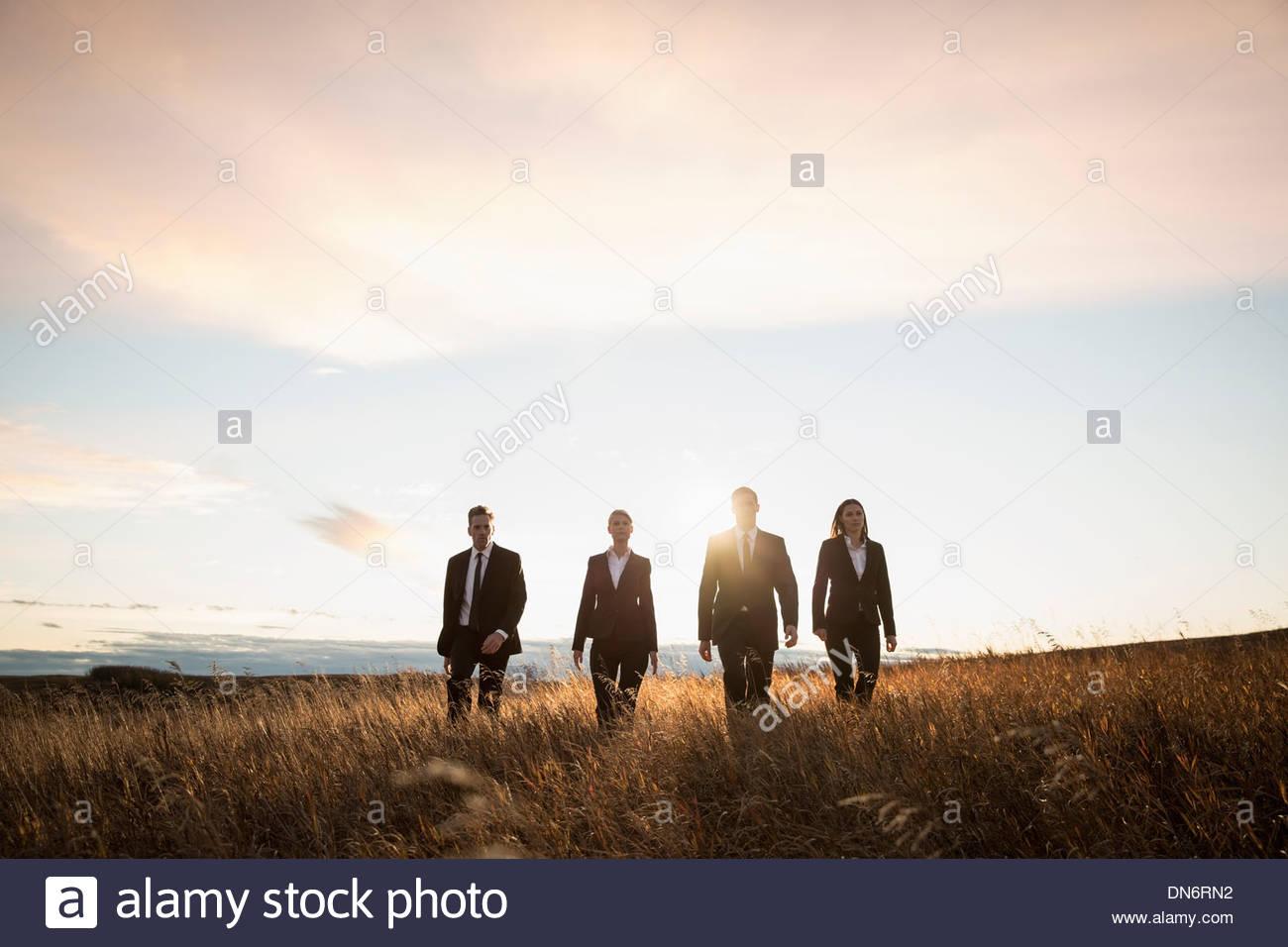 Confía en la gente de negocios para caminar juntos por el campo Imagen De Stock