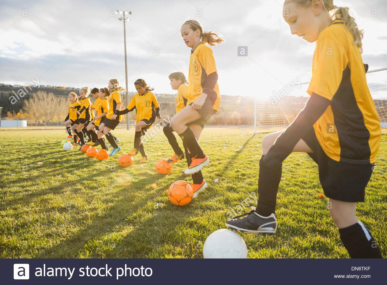 Jugadores de fútbol practicando ejercicios de entrenamiento Imagen De Stock