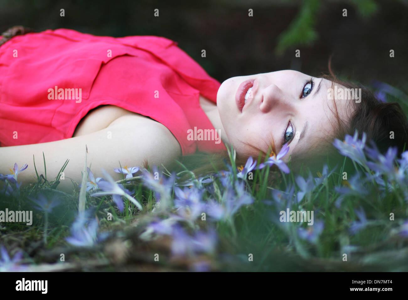 Chica tumbado en un prado florido, Retrato Imagen De Stock