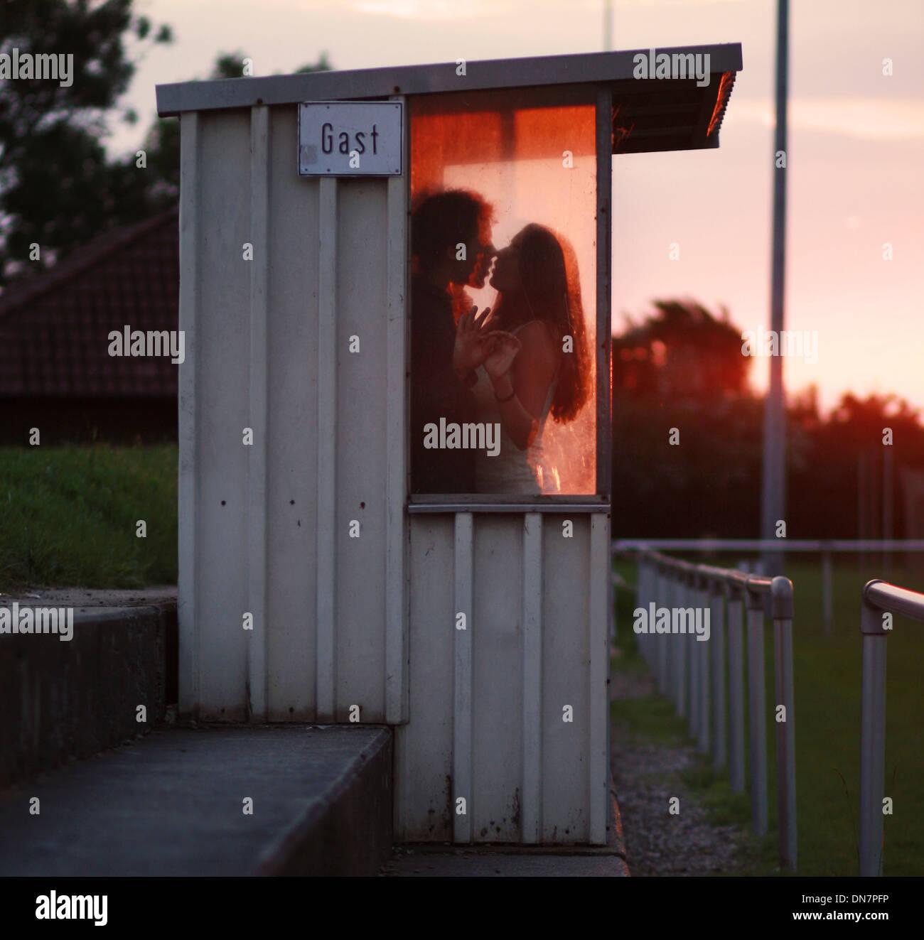 Tierna pareja besándose en un campo de deportes Imagen De Stock