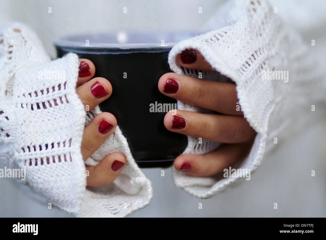 Mujer con uñas pintadas sujetando el tazón en la mano Imagen De Stock