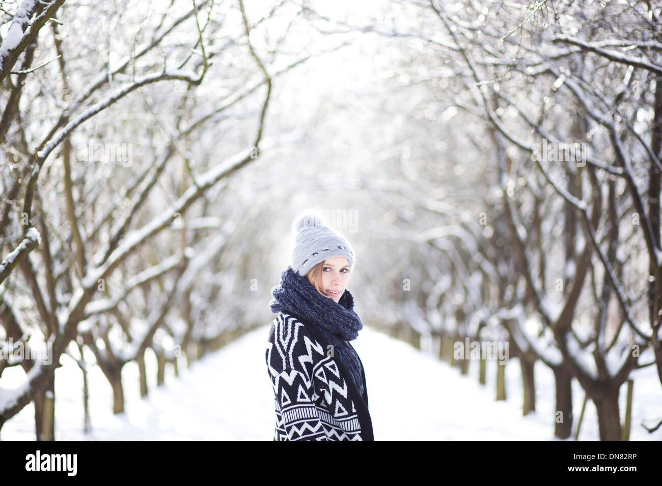 Retrato de una joven en la nieve Foto de stock