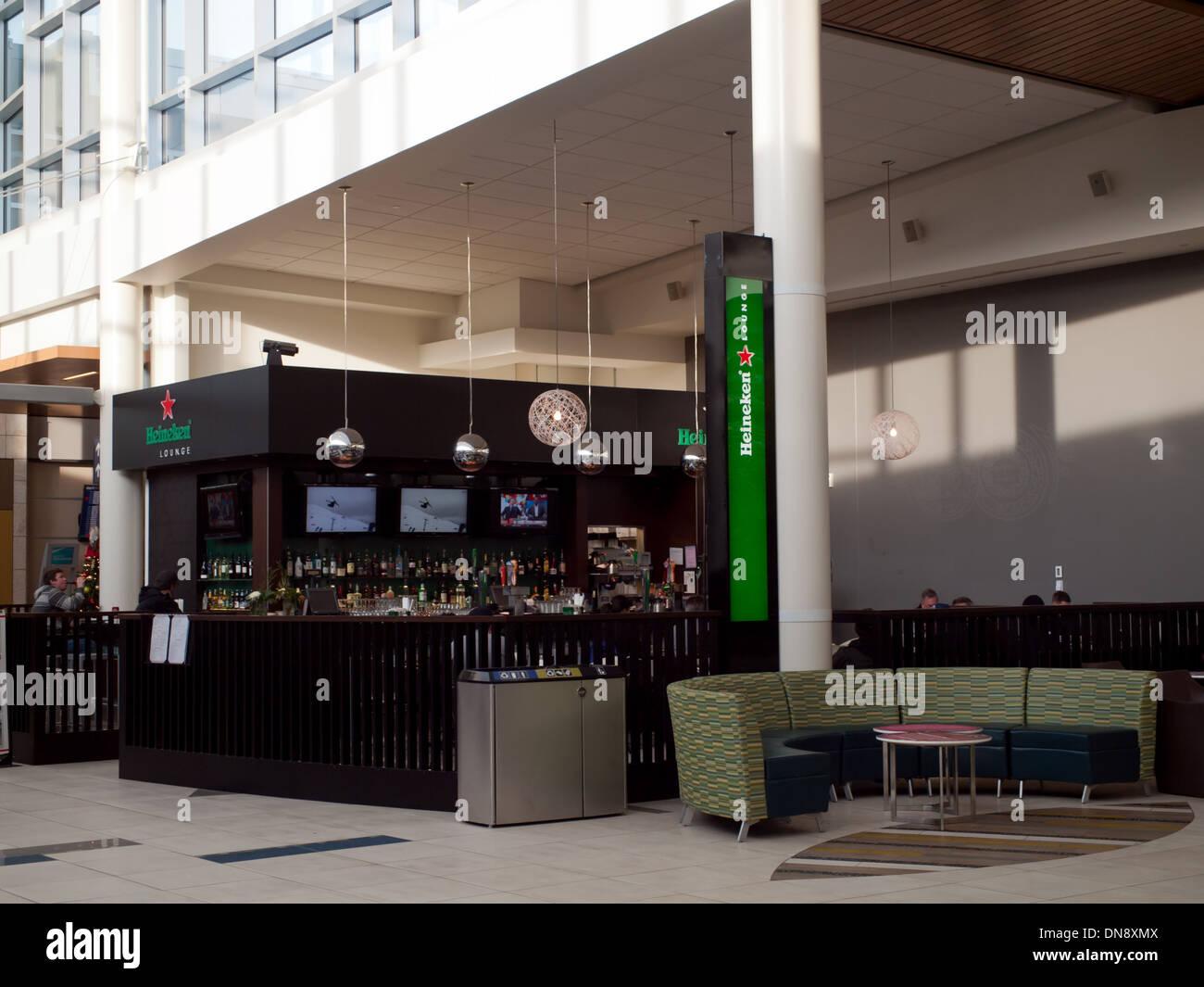Una vista de la Heineken Lounge en el Aeropuerto Internacional de Edmonton (código de aeropuerto: YEG) en Edmonton, Alberta, Canadá. Imagen De Stock
