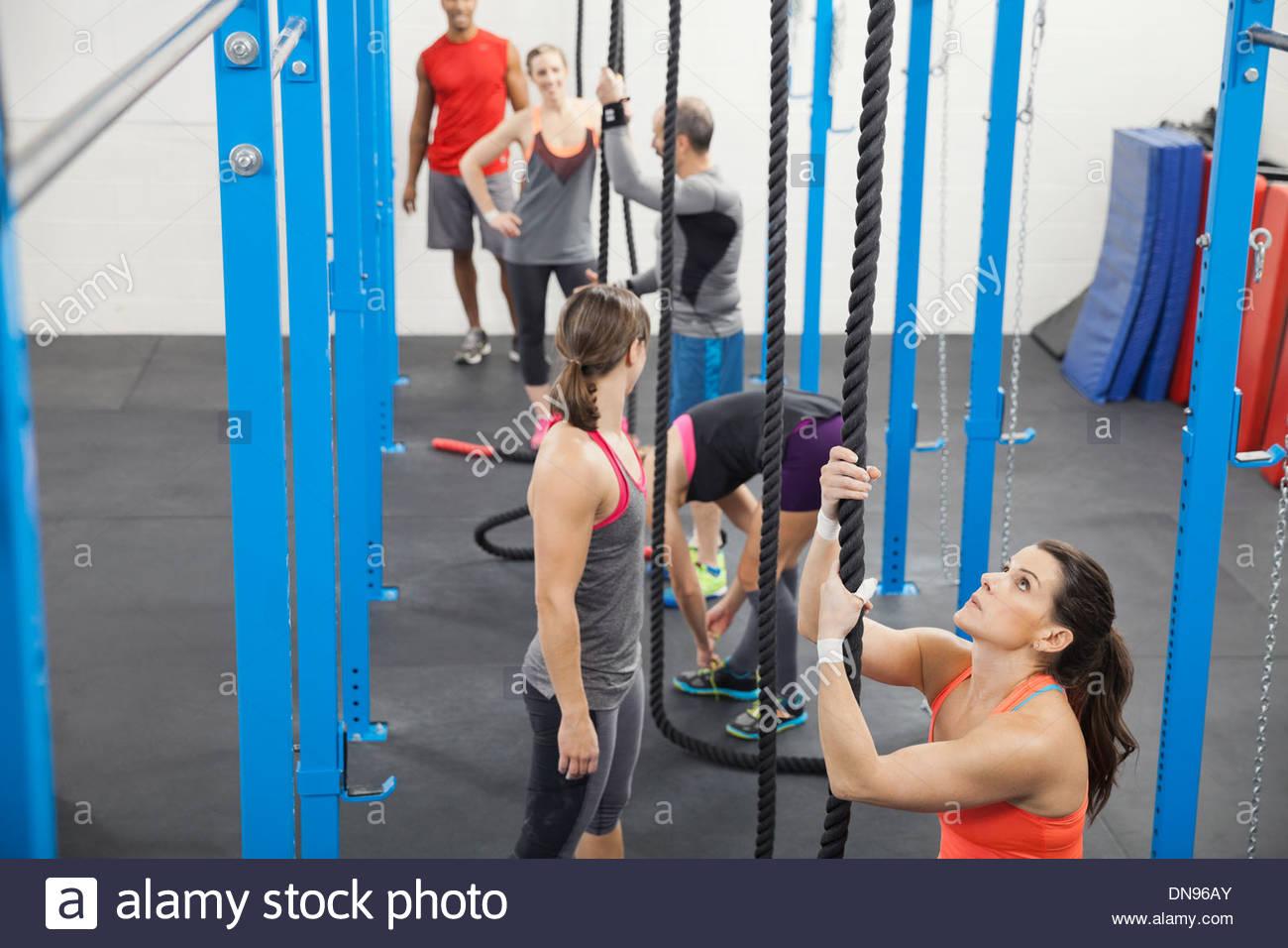 Personas que se preparan para la cuerda de escalada Imagen De Stock