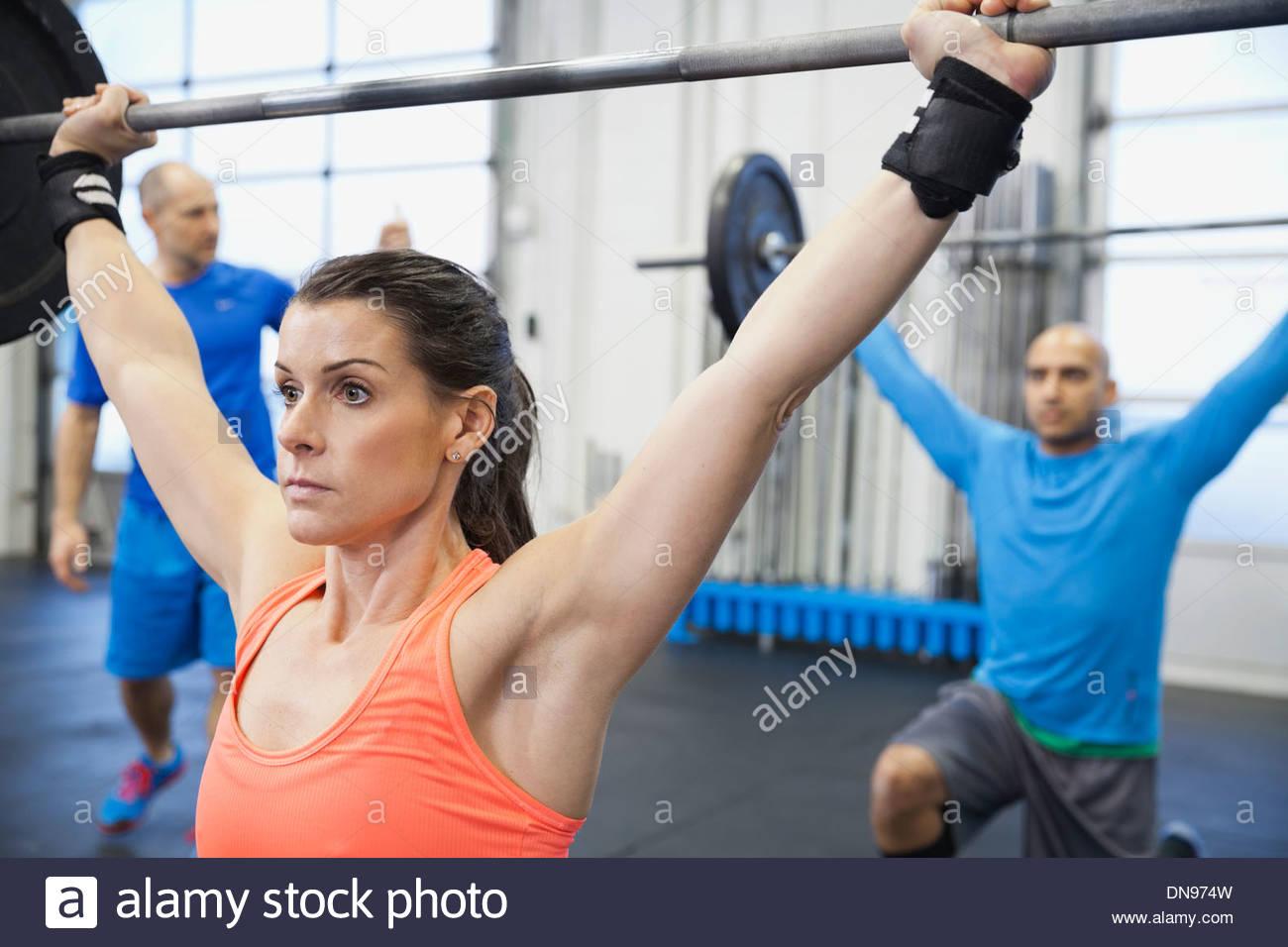 Mujer decidida haciendo cruz caben en el gimnasio Imagen De Stock