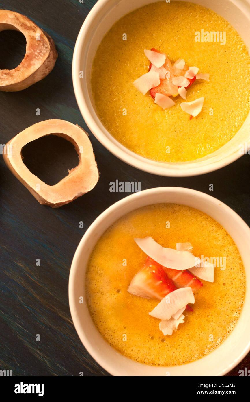 Amarillo natilla en blanco platos souffle de sobrecargaFoto de stock