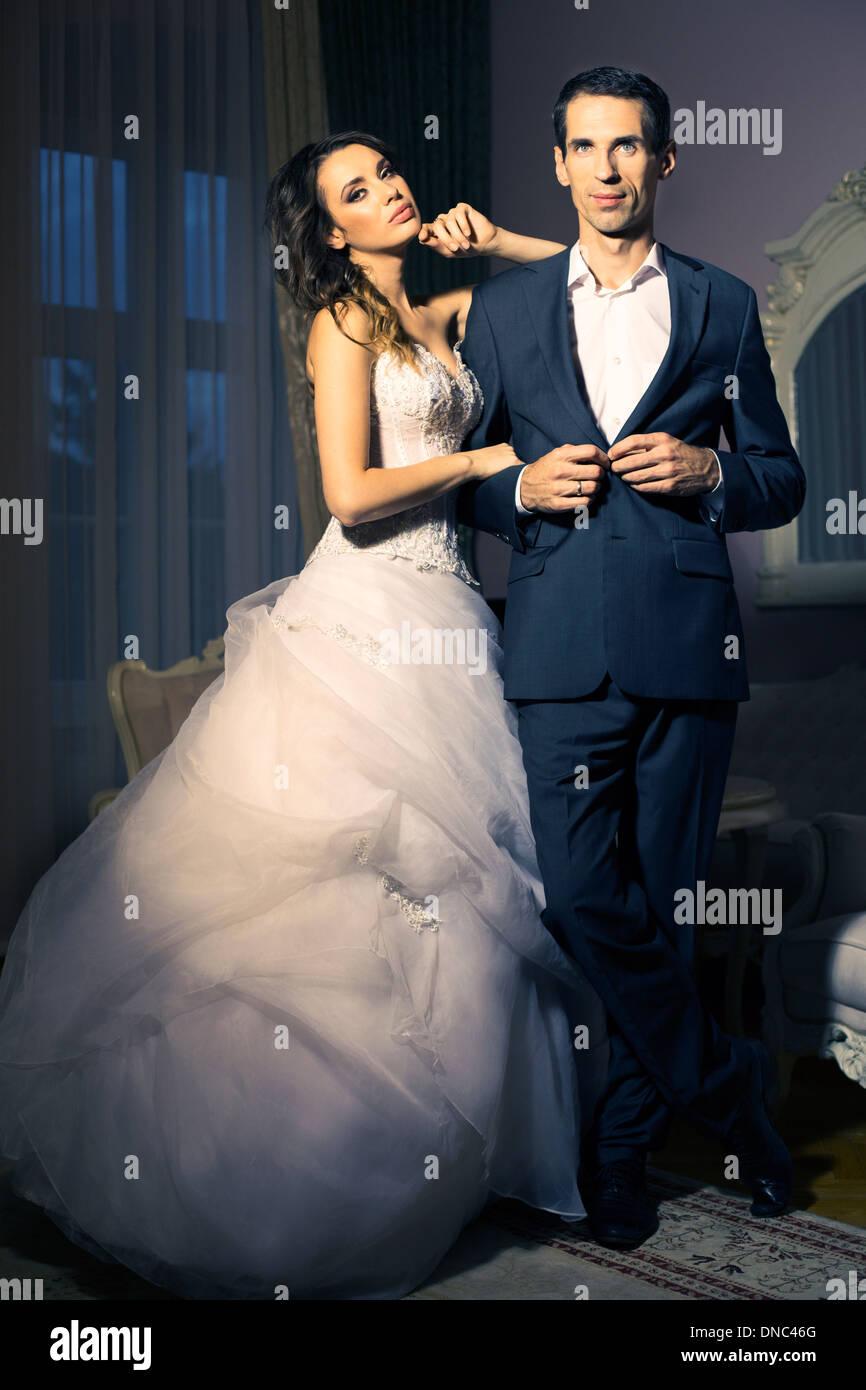 Retrato de pareja de novios jóvenes y atractivas Imagen De Stock