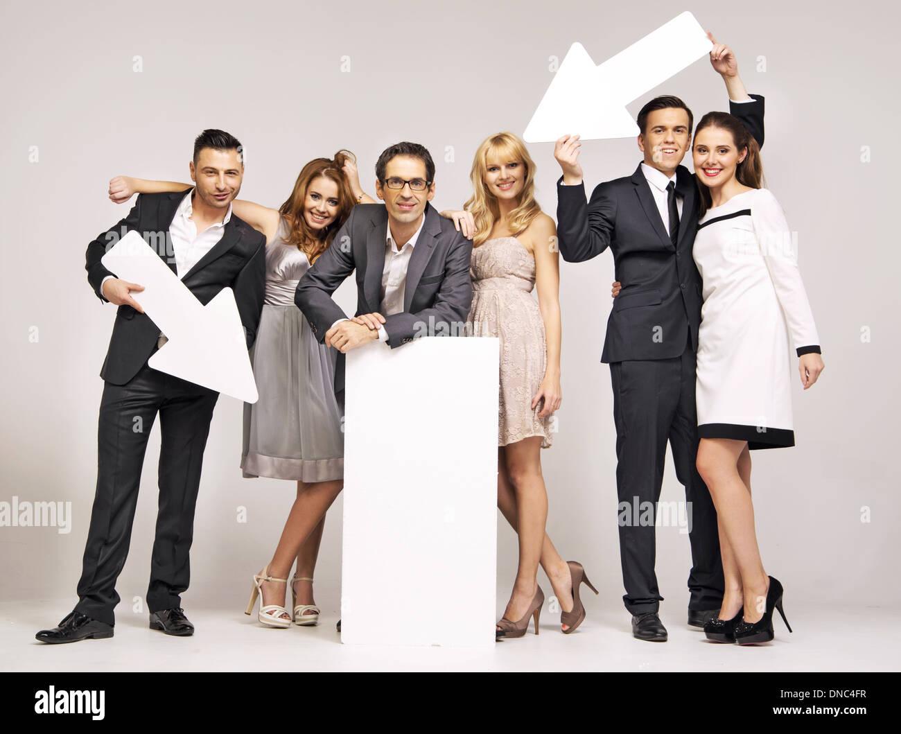 Un grupo de personas jóvenes y atractivas apuntando vectores Imagen De Stock