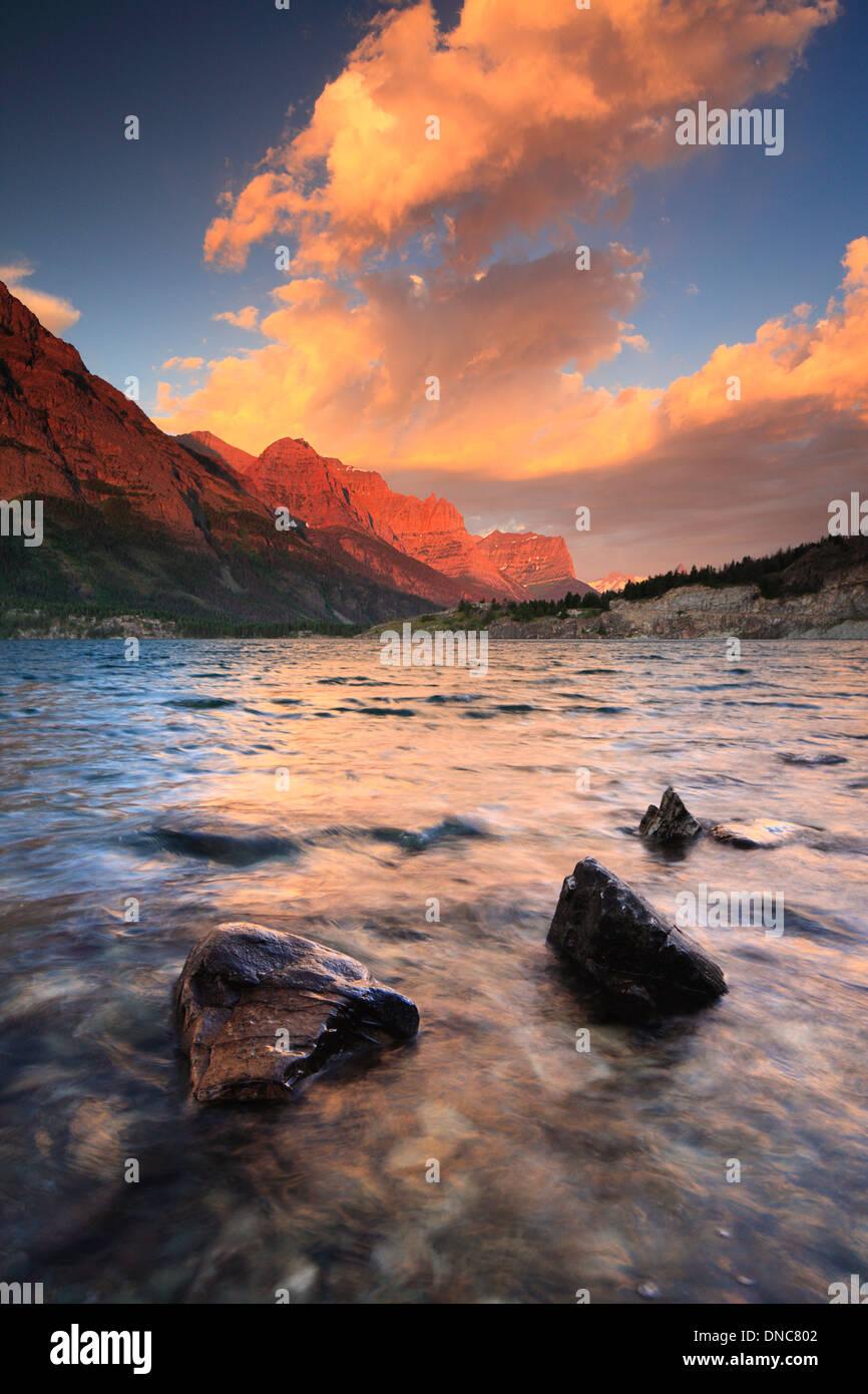 Amanecer en el lago de Santa María en el Glacier National Park en Montana Imagen De Stock