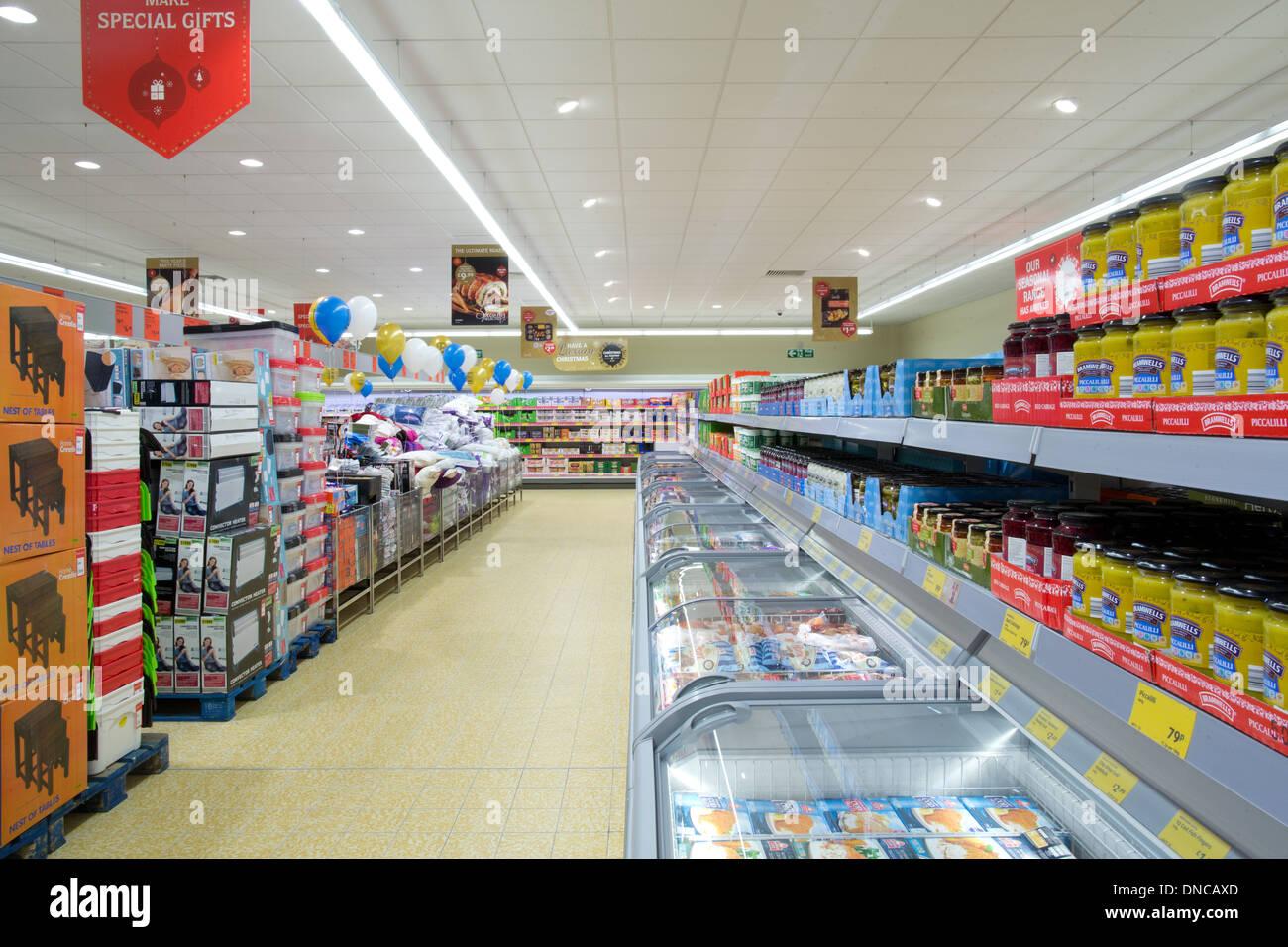 Interior del supermercado Aldi estantería en Chester Foto de stock