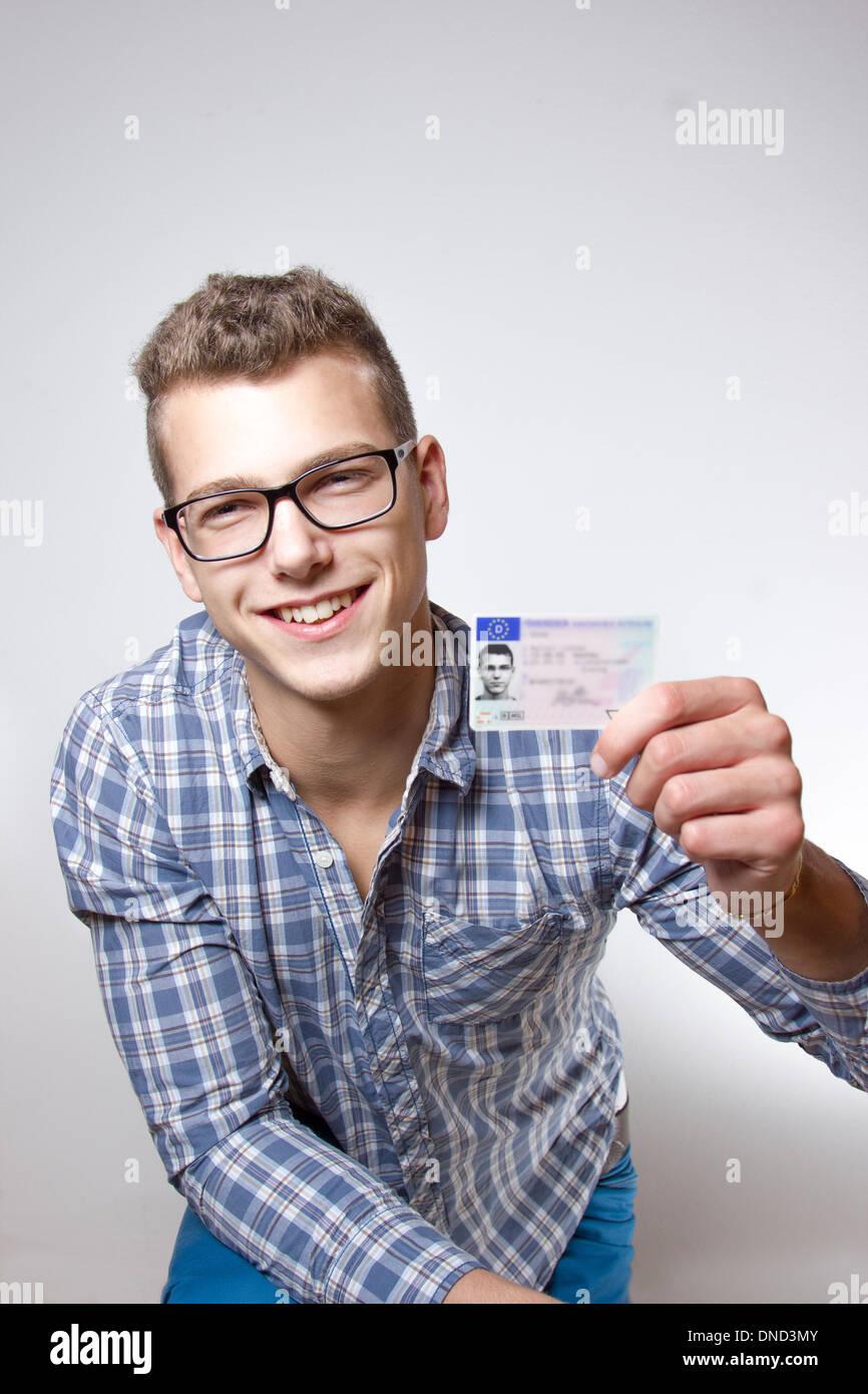 Joven que acaba de recibir su licencia de conducir y es feliz para conducir su propio coche pronto Imagen De Stock