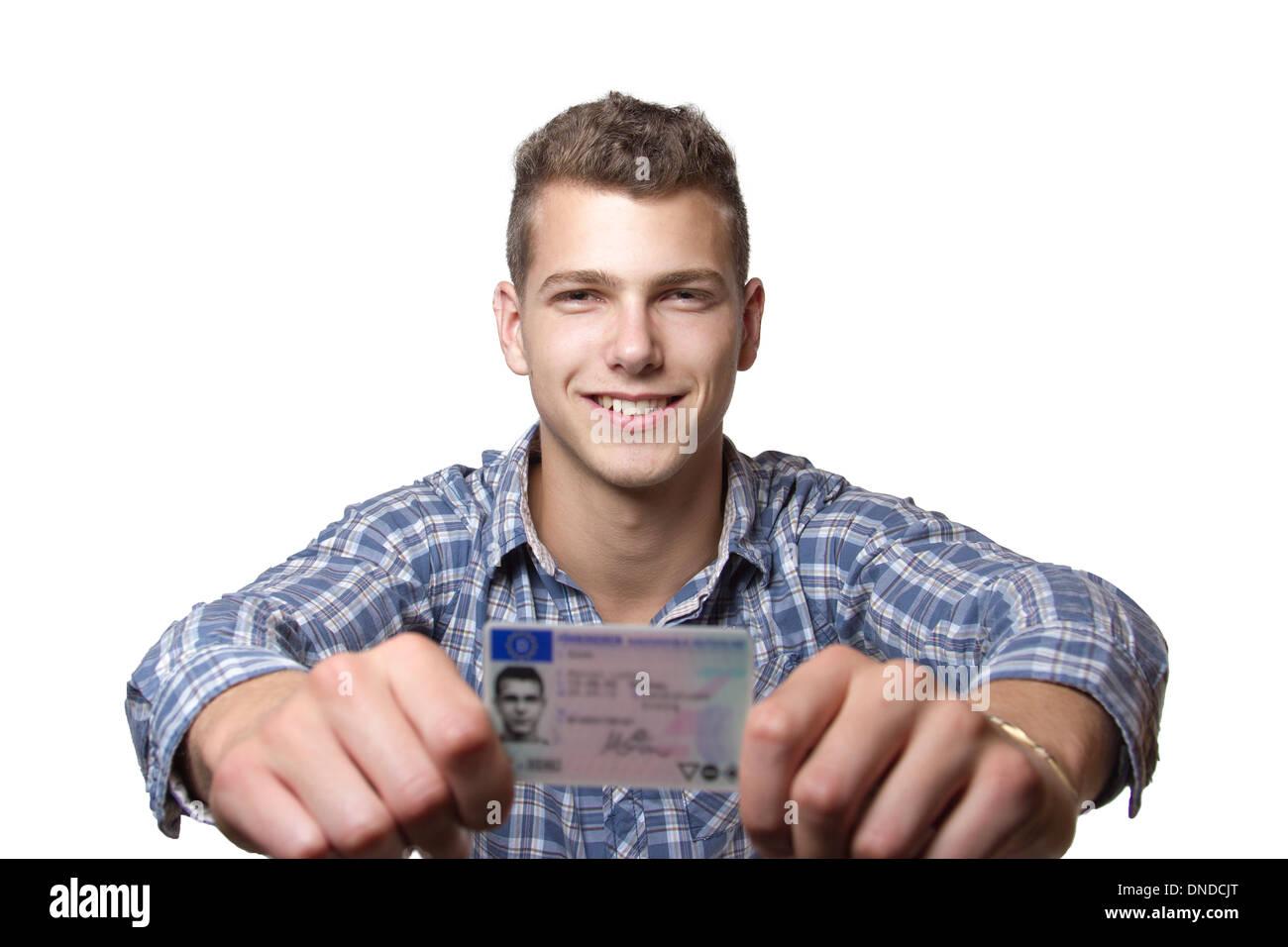 Joven sólo recibió su licencia de conducir y es feliz para conducir su propio coche pronto Imagen De Stock